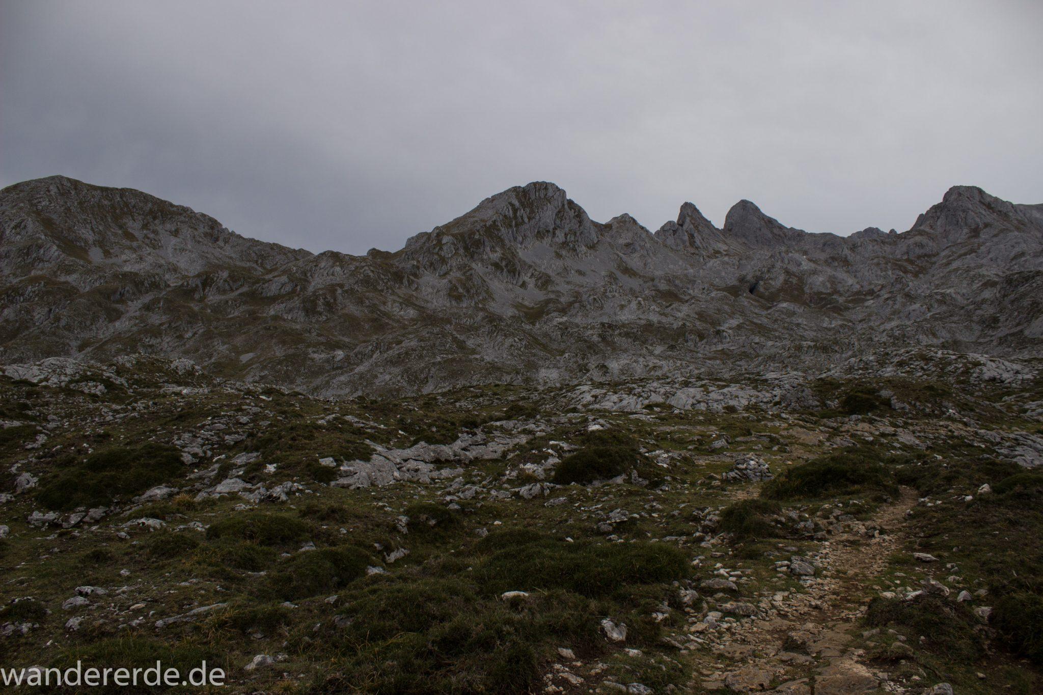 Wanderung Vega de Ario Picos de Europa Spanien, dichte Wolken, Bergregion in Nordspanien, Wandern, zerklüftete Felsen, Steine, schmaler Wanderpfad, Wolken, atmosphärisch, Bergkette
