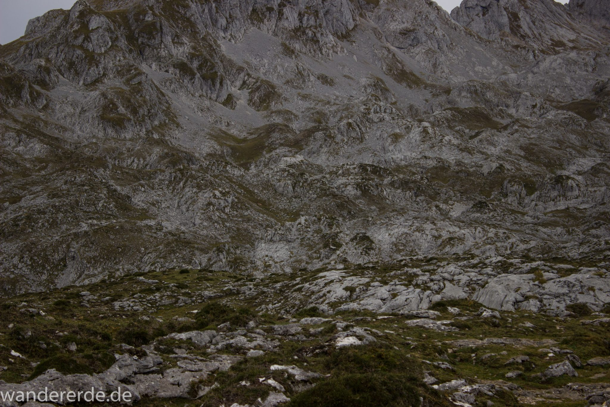 Wanderung Vega de Ario Picos de Europa Spanien, Bergregion in Nordspanien, Wandern, Felswand, beeindruckende Berge, Steine, Wolken, atmosphärisch, Bergkette