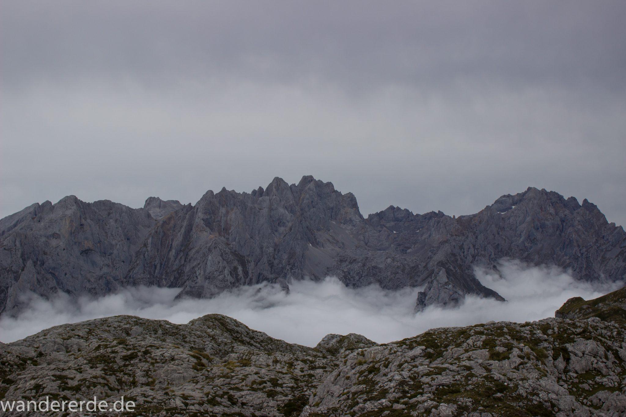 Wanderung Vega de Ario Picos de Europa Spanien, dichte Wolken, Bergregion in Nordspanien, Wandern, zerklüftete Felsen, Steine, schmaler Wanderpfad, atmosphärisch, Aussicht auf große Bergkette