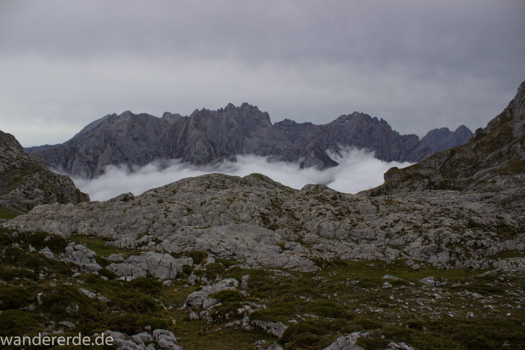 Wanderung Vega de Ario Picos de Europa Spanien, dichte Wolken ziehen auf, Bergregion in Nordspanien, Wandern, zerklüftete Felsen, Steine, schmaler Wanderpfad, atmosphärisch, Aussicht auf große Bergkette