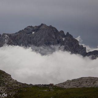 Wanderung Vega de Ario Picos de Europa Spanien, dichte Wolken, Bergregion in Nordspanien, Wandern, zerklüftete Felsen, Steine, schmaler Wanderpfad, atmosphärisch, Aussicht auf große Bergkette, grüne Wiese, Wolken ziehen auf und verhüllen Berge