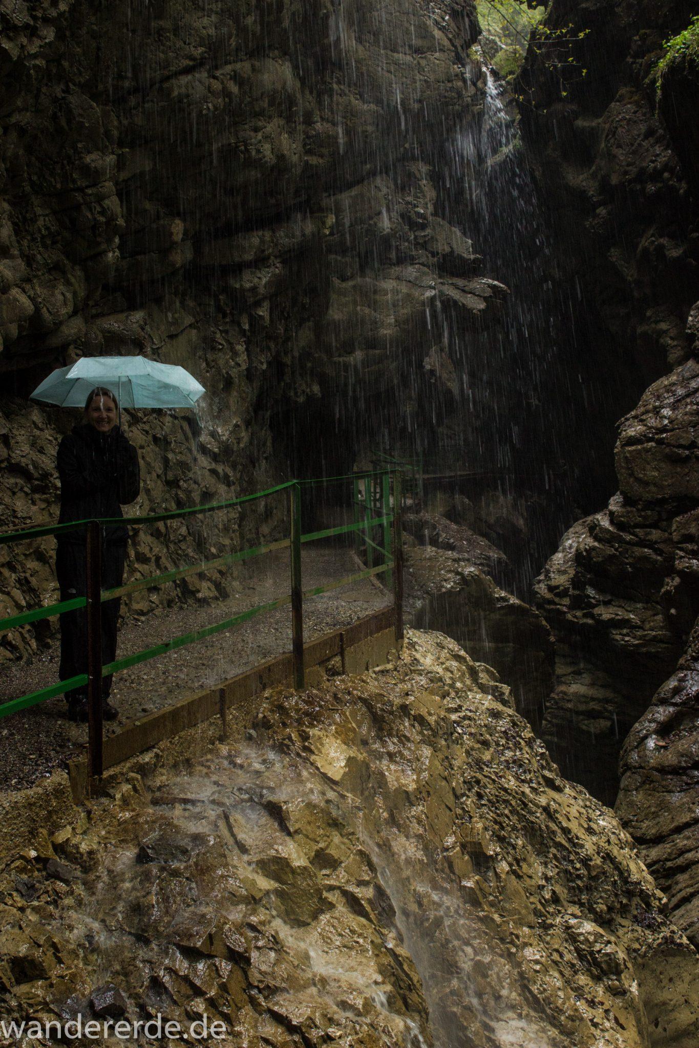 Wanderung durch die Breitachklamm im Allgäu, sehr hohe Felswände, tosende Breitach nach starkem Regen, Klamm umgeben von schönem Wald, Felsen im Fluss, Schneeschmelze im Allgäu, Wanderweg durch die Klamm, es regnet in der Breitachklamm