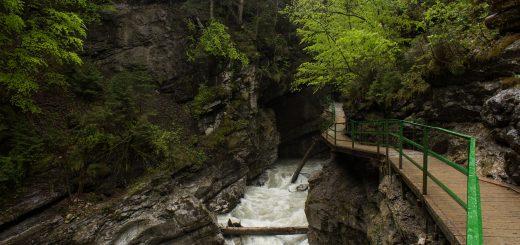 Wanderung durch die Breitachklamm im Allgäu, hohe Felswände, Wanderweg durch die Klamm, tosende Breitach nach starkem Regen, Klamm umgeben von schönem Wald, Felsen im Fluss, Schneeschmelze im Allgäu