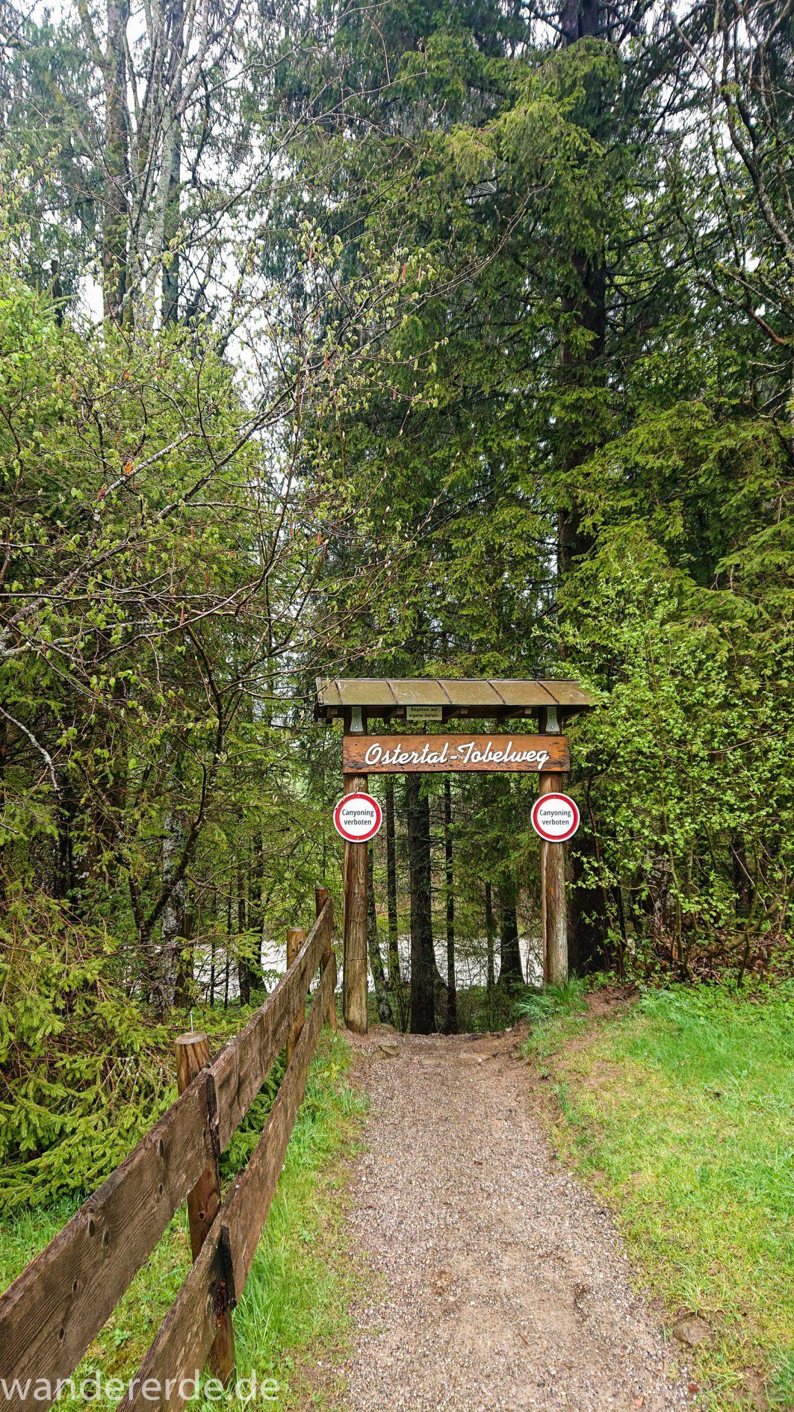 Wanderung Tobelweg ab Gunzesried im Allgäu, Ostertal Tobelweg ab Wanderparkplatz Gunzesrieder Säge wandern, abwechslungsreicher schmaler Pfad zum Ostertal, Start des Ostertal-Tobelweg