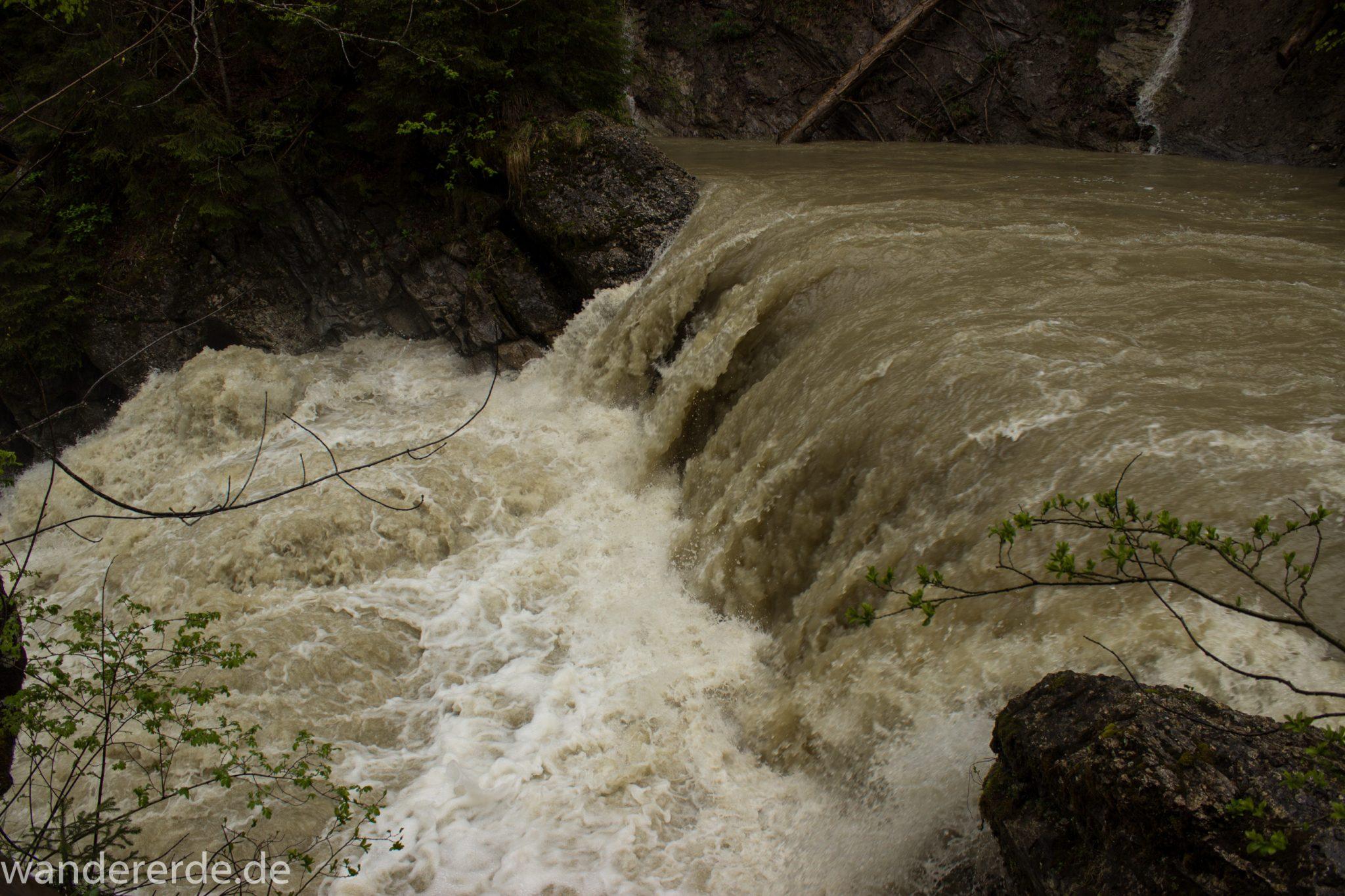 Wanderung Tobelweg ab Gunzesried im Allgäu, Ostertal Tobelweg ab Wanderparkplatz Gunzesrieder Säge wandern, abwechslungsreicher schmaler Pfad zum Ostertal, reißender Fluss nach starken Regenfällen, umgeben von Felsen