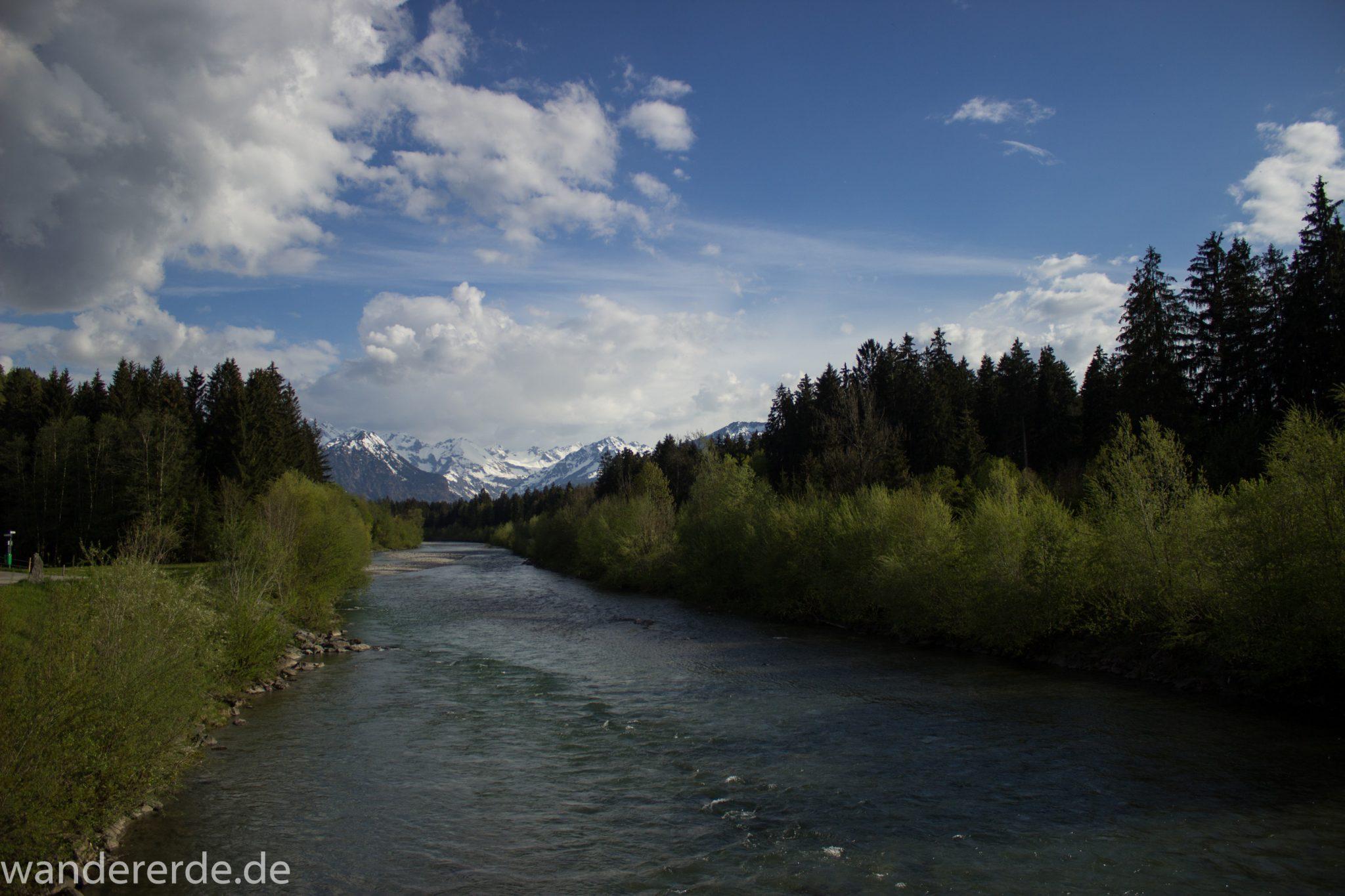 Wanderung Unterer Gaisalpsee, Wanderweg führt entlang am Fluss Iller, Abschnitt von Fischen im Allgäu nach Oberstdorf