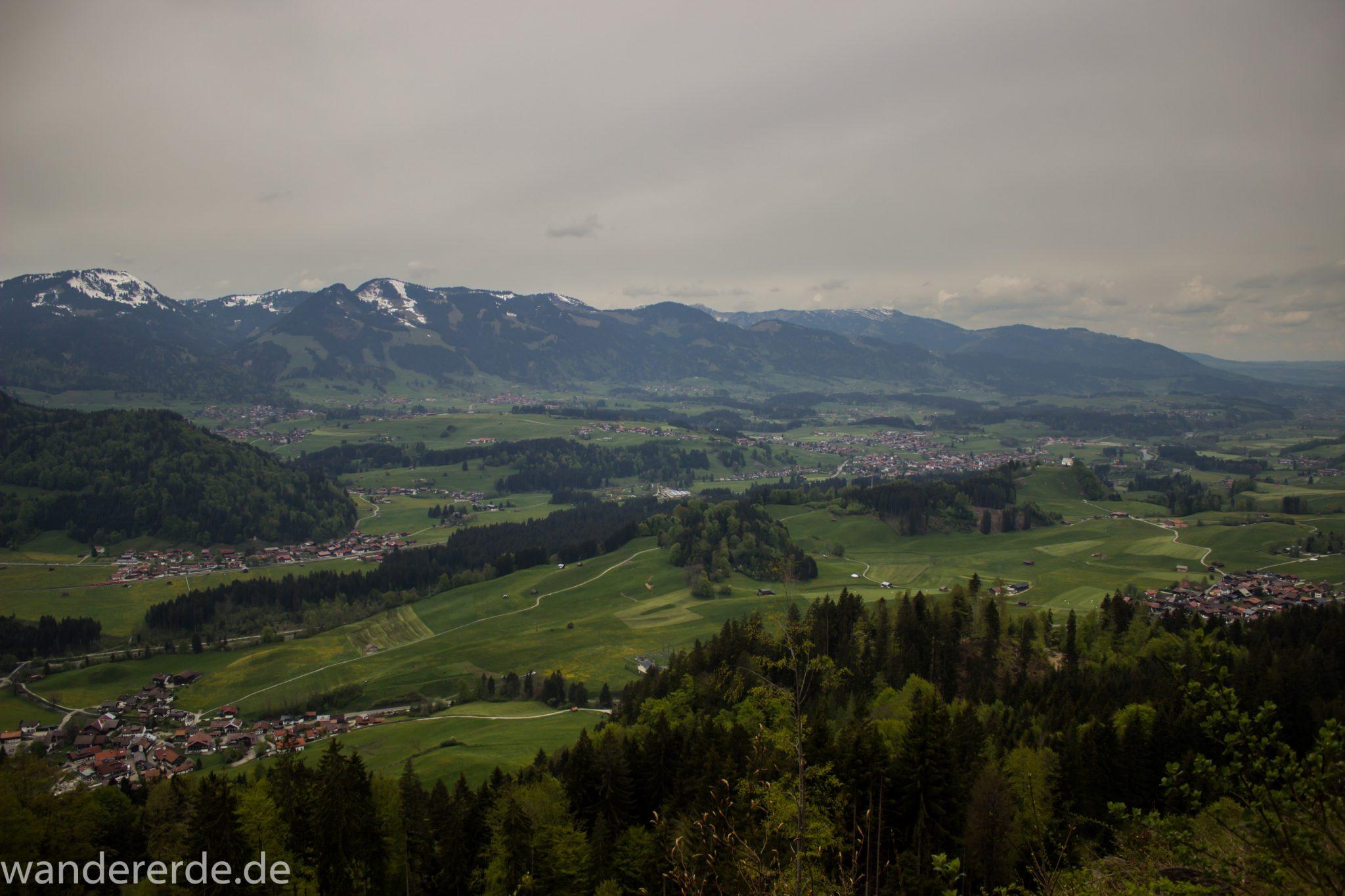 Wanderung Unterer Gaisalpsee, Wanderweg von Oberstdorf im Allgäu, schmalerer Kiespfad wird zunehmend steil und felsig, umgeben von schönem dichtem Mischwald, Blick auf Allgäuer Berge und auf Ort Oberstdorf