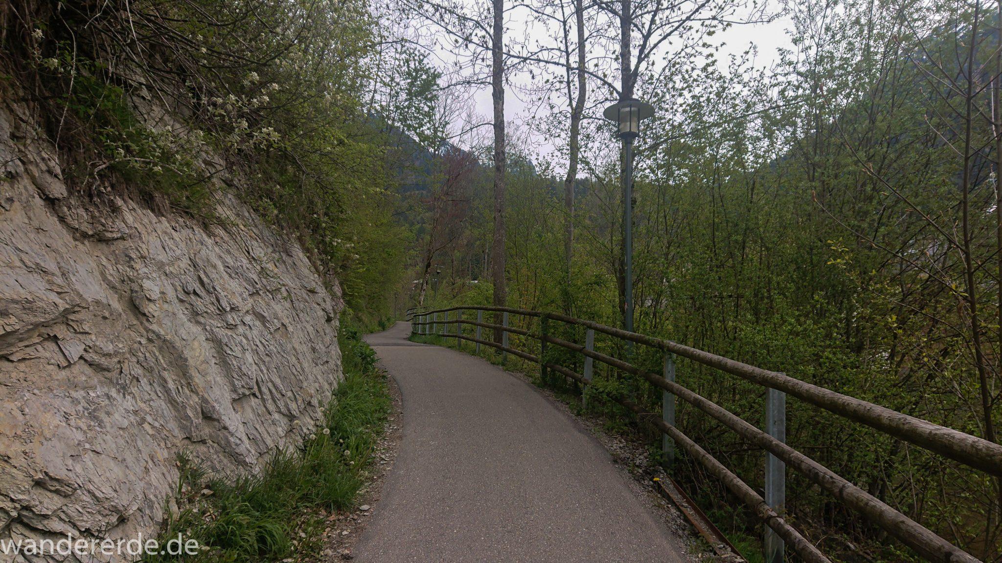 Wanderung Unterer Gaisalpsee, Wanderweg bei Oberstdorf im Allgäu ist zunächst alphaltiert, umgeben von schönem dichten Laubwald und Felsen