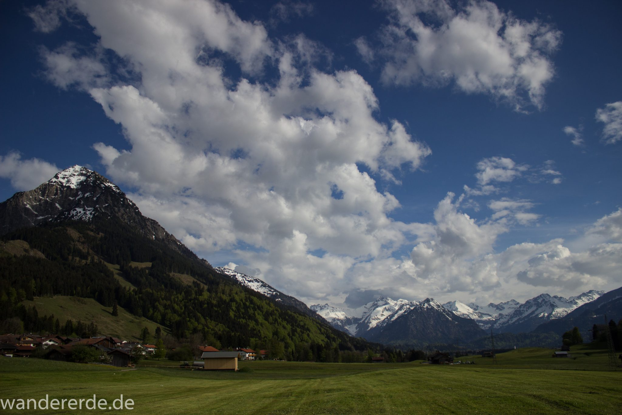 Wanderung Unterer Gaisalpsee, Abschnitt des Wanderwegs von Oberstdorf nach Fischen im Allgäu, Frühling im Allgäu, saftig grüne Wiesen, Blick auf Berge mit schneebedeckten Gipfeln
