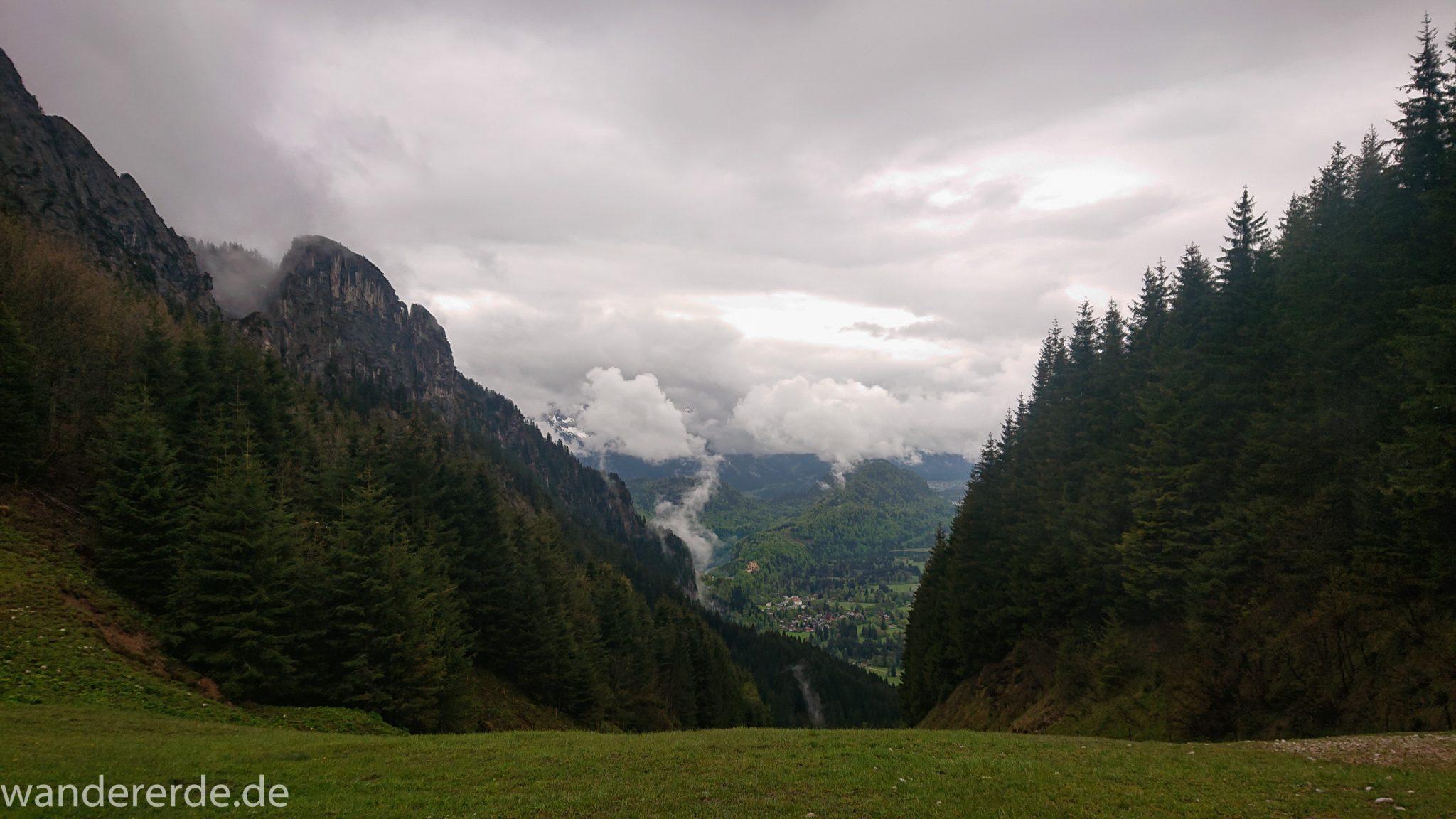 Wandern beim Tegelberg, Tegelbergkopf Wanderung bei Stadt Füssen – Parkplatz Drehhütte bis Rohrkopfhütte, toller Wanderweg, schöner und dichten Wald, wolkig, tolle Atmosphäre, saftig grüne Wiese, Berge und weite Aussicht