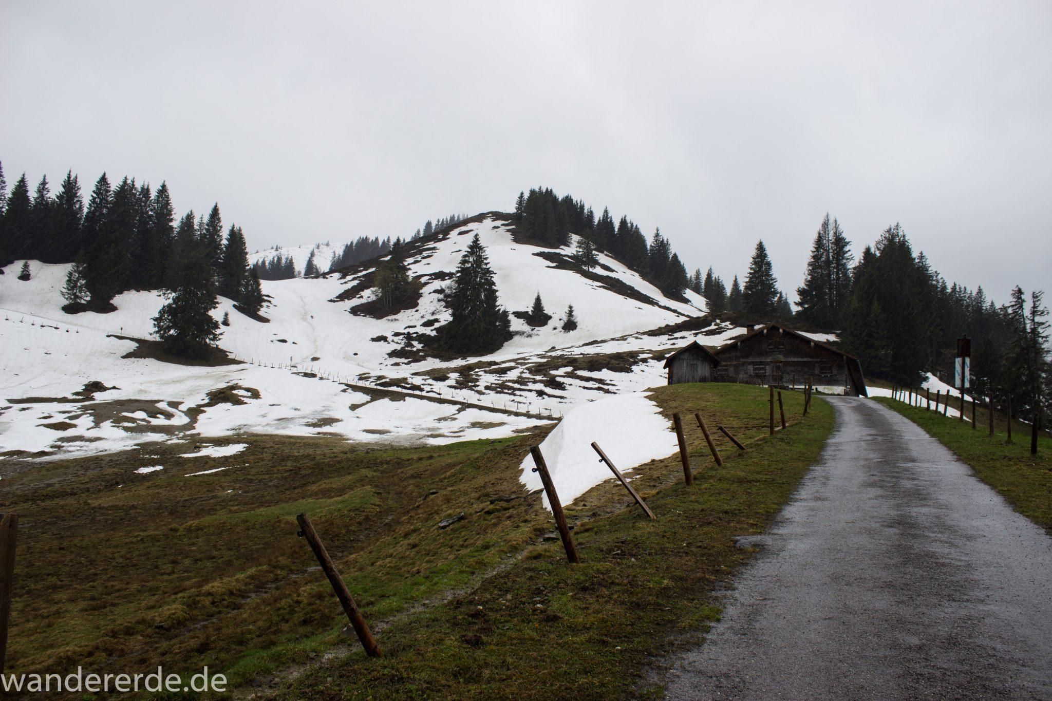 Wandern Gunzesrieder Ostertal im Allgäu, Baden-Württemberg, Obere Älple, viel Regen, dunkle Wolken, Schnee im Mai, Wanderweg eher breit, kaum noch Bäume
