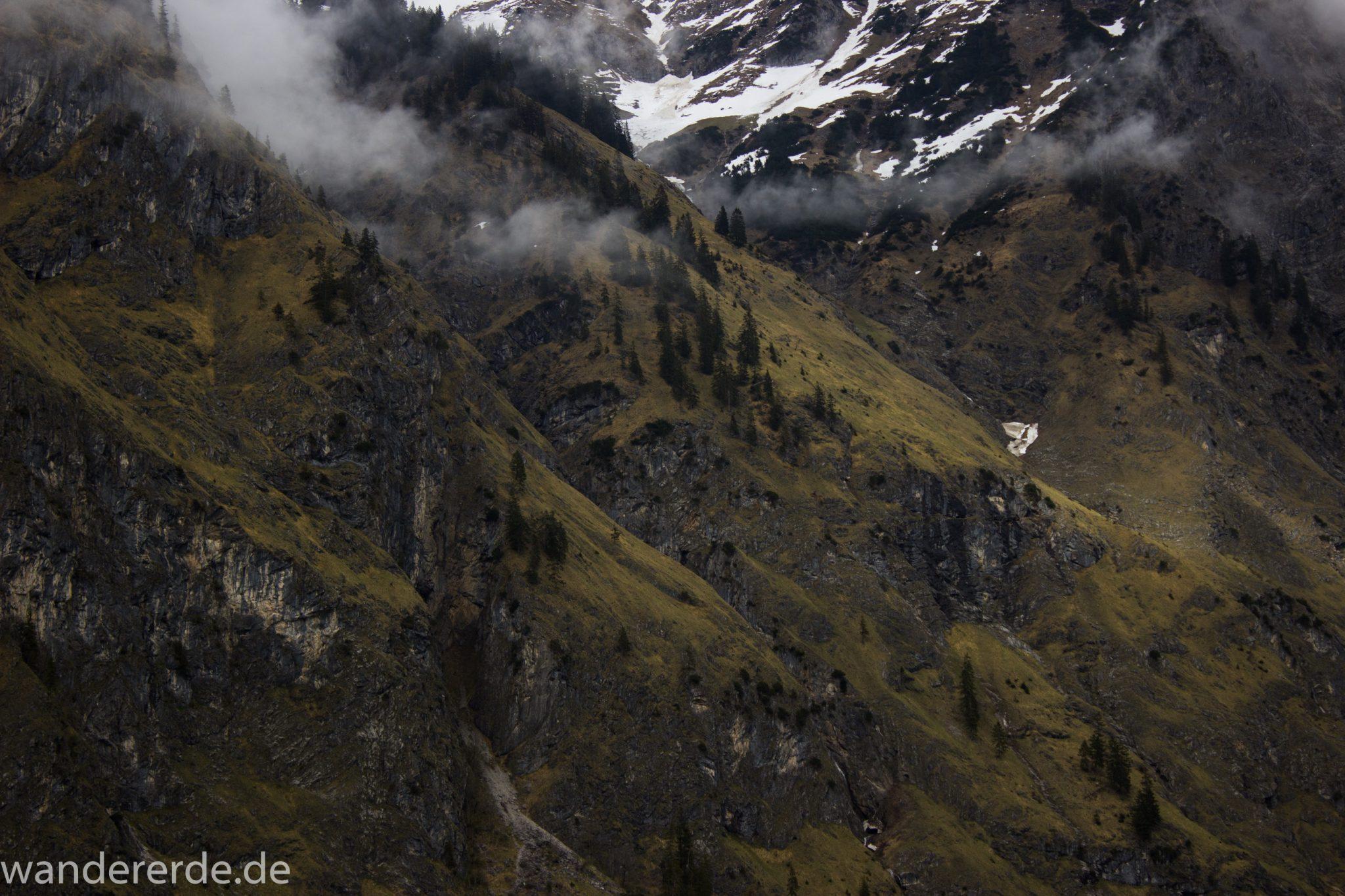 Wanderung im Oytal bei Oberstdorf im Allgäu, Bayern, beeindruckende Berglandschaft, schneebedeckte Berge säumen den Wanderweg durch das Oytal, sehr schöne Atmosphäre