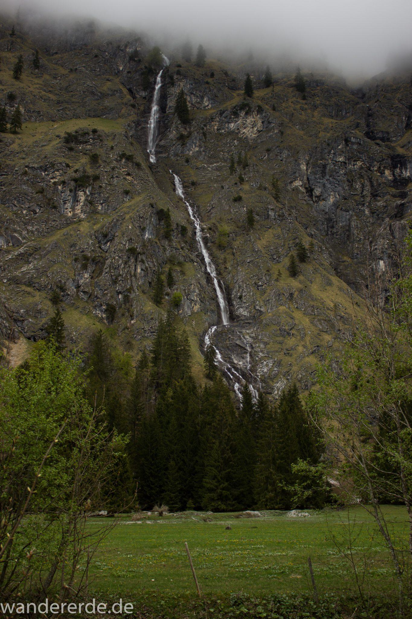 Wanderung im Oytal bei Oberstdorf im Allgäu, Bayern, schöner dichter und grüner Wald umgibt den Oybach im Oytal, Berge säumen den Wanderweg durch das Oytal, sehr schöne Atmosphäre, saftig grüne Wiesen, Wasserfall bahnt sich Weg ins Tal