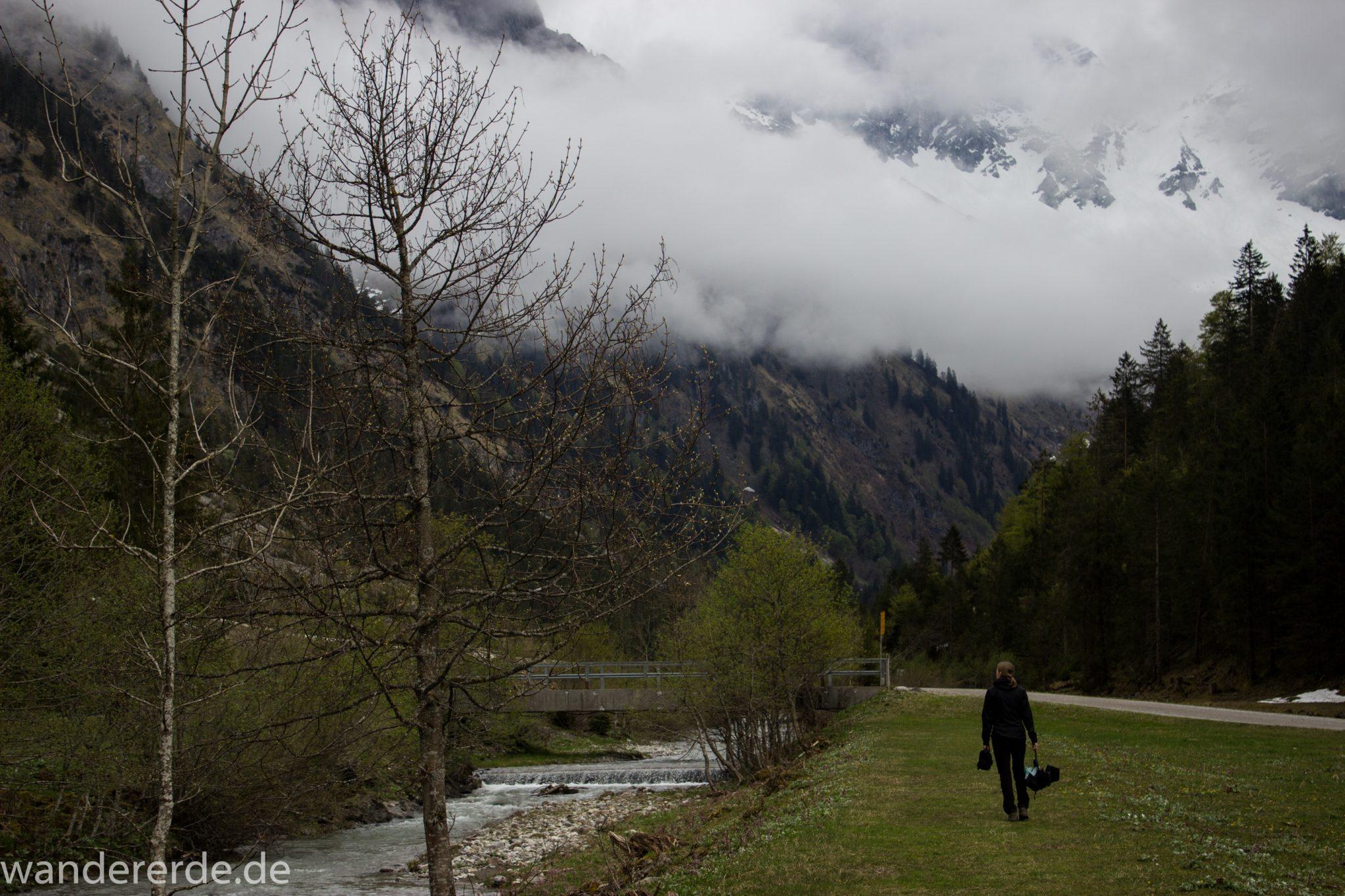 Wanderung im Oytal bei Oberstdorf im Allgäu, Bayern, schöner dichter und grüner Wald umgibt den Oybach im Oytal, Berge säumen den Wanderweg durch das Oytal, sehr schöne Atmosphäre, saftig grüne Wiesen
