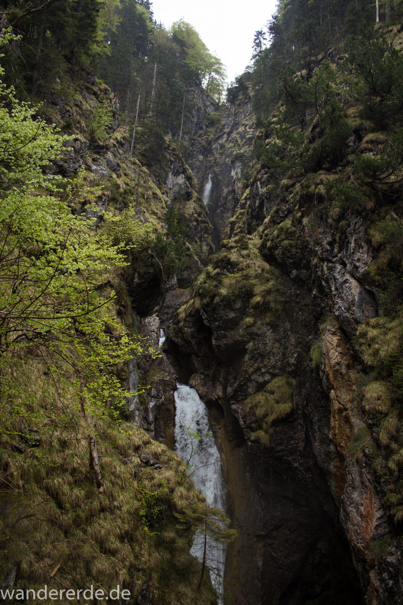 Wanderung Oberstdorf nach Gerstruben im Allgäu, Bayern, Wanderweg führt nach Bergbauerndorf Gerstruben über sehr empfehlenswerten aber steilen Weg Hölltobel mit Wasserfällen wieder abwärts, sehr beeindruckender Wasserfall