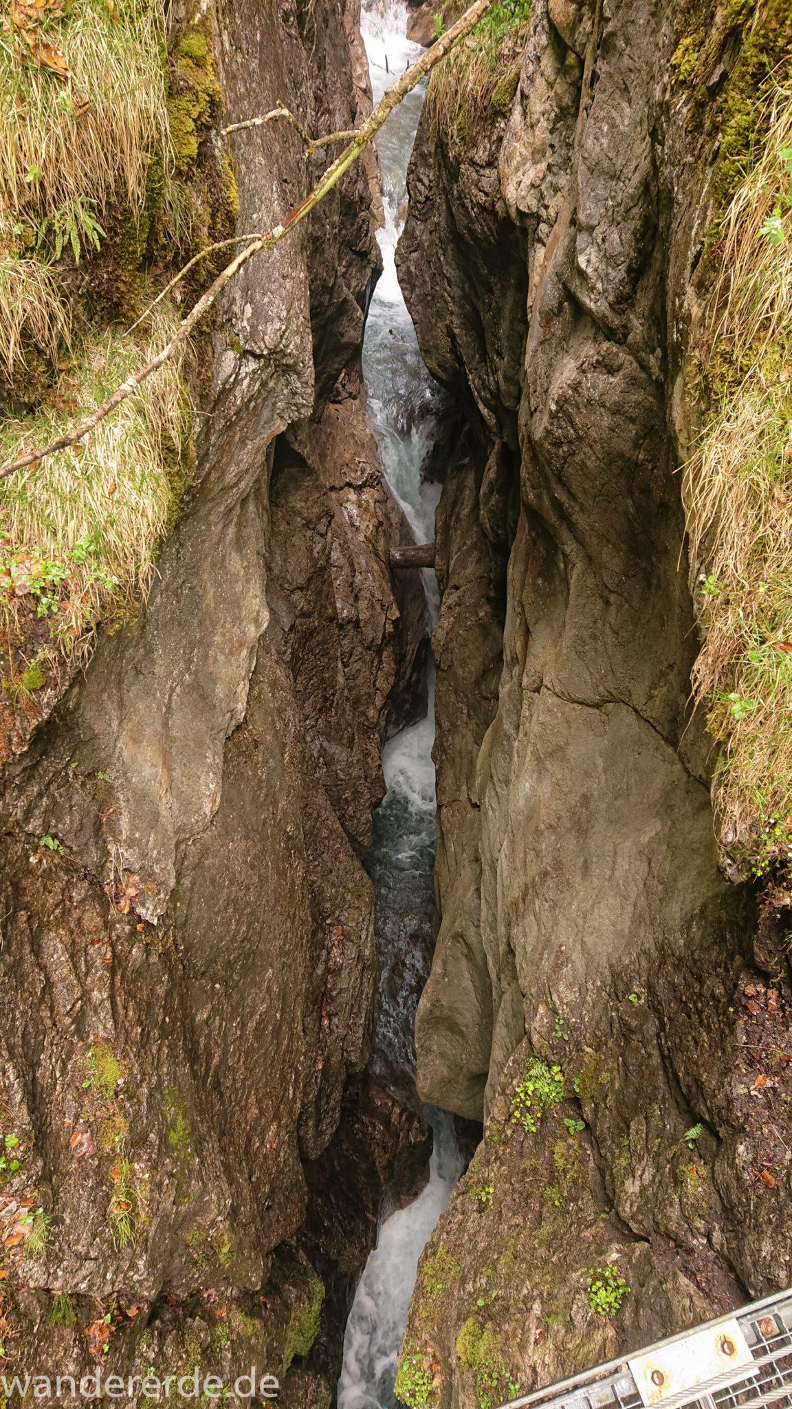 Wanderung Oberstdorf nach Gerstruben im Allgäu, Bayern, Wanderweg führt nach Bergbauerndorf Gerstruben über sehr empfehlenswerten aber steilen Weg Hölltobel mit Wasserfällen wieder abwärts, sehr beeindruckender Wasserfall in Klamm