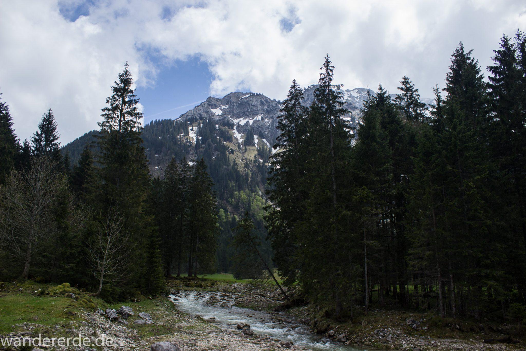 Wanderung zur Kenzenhütte in den Ammergauer Alpen, Aussicht auf die Berge, teils schneebedeckte Gipfel in Wolken gehüllt, Frühjahr in den bayerischen Alpen, dichter grüner Wald und saftige Wiesen, Wanderweg oftmals am schönen, idyllischem Bach entlang