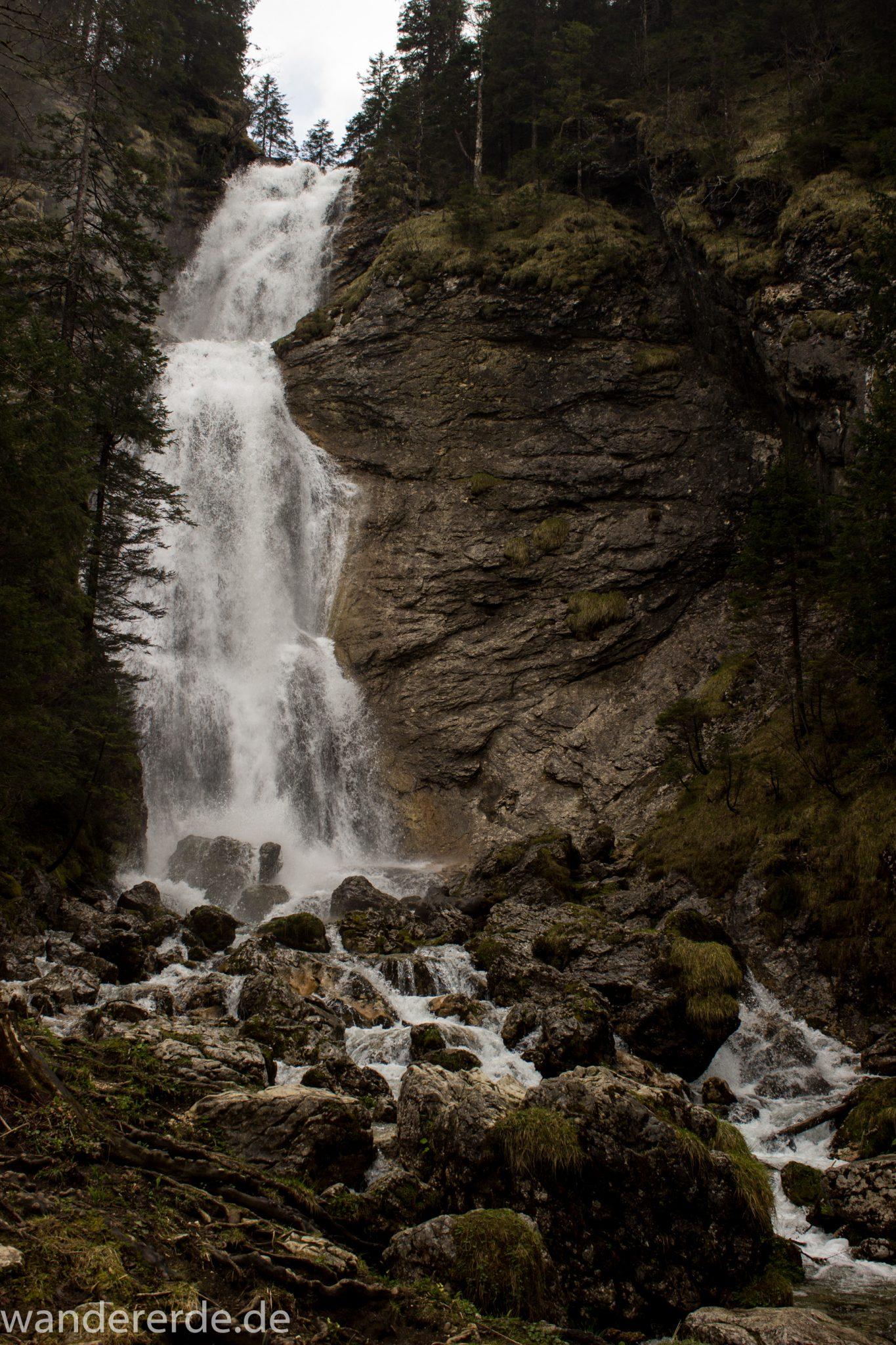 Wanderung zur Kenzenhütte in den Ammergauer Alpen, Wasserfall wenige Minuten von der Kenzenhütte entfernt, moosbewachsene Steine, klares Wasser bahnt sich seinen Weg ins Tal