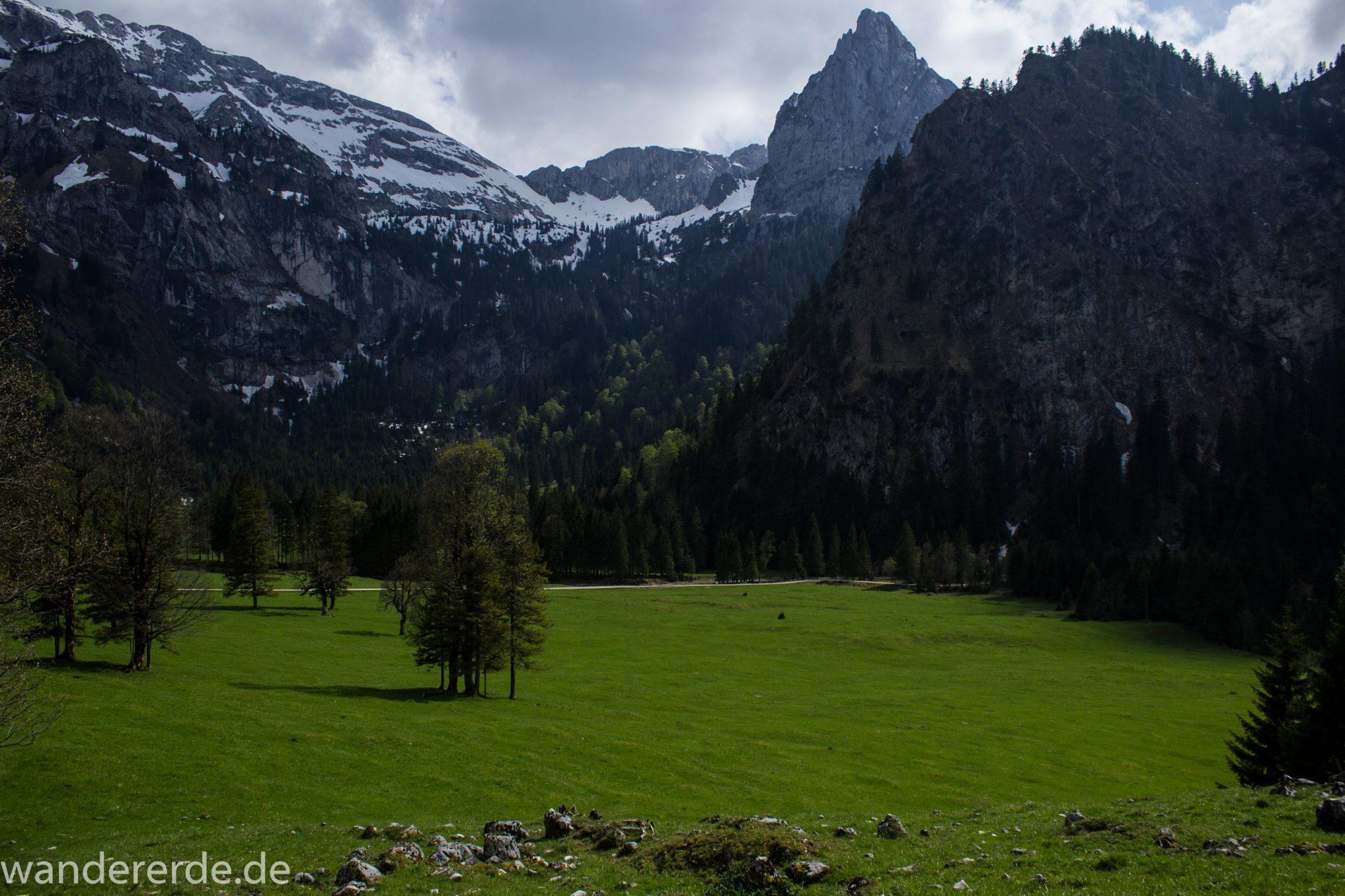 Wanderung zur Kenzenhütte in den Ammergauer Alpen, Aussicht auf die teils schneebedeckten Berge, spitzer Gipfel, Frühjahr in den bayerischen Alpen, Wanderweg führt entlang dichtem grünen Wald und saftigen Wiesen