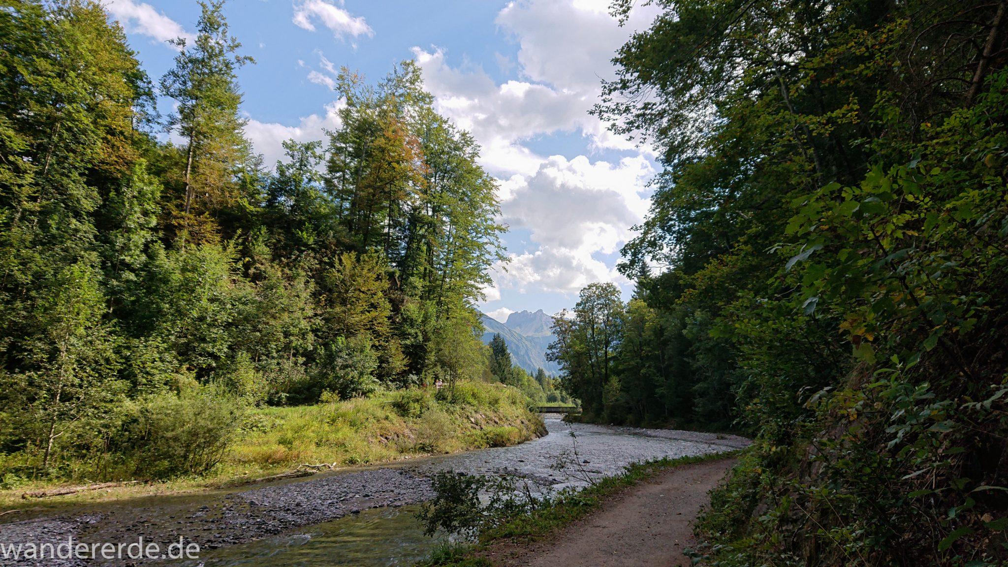 Alpenüberquerung Fernwanderweg E5 Oberstdorf Meran, 1. Etappe von Oberstdorf zur Kemptner Hütte, schöner Wanderweg entlang Fluss Trettach, umgeben von grünem Wald, Aussicht auf die Berge im Allgäu