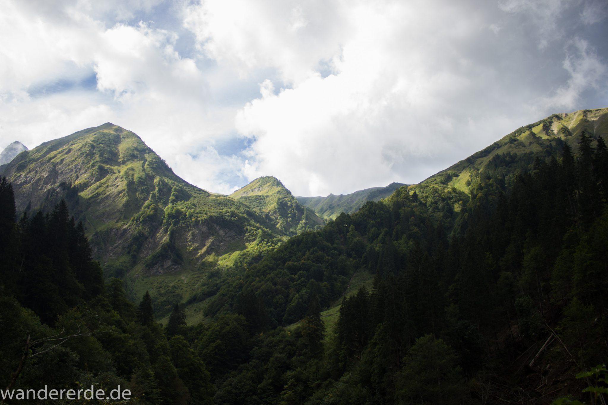 Alpenüberquerung Fernwanderweg E5 Oberstdorf Meran, 1. Etappe von Oberstdorf zur Kemptner Hütte, Wanderweg führt von der Spielmannsau bei Oberstdorf im Allgäu zur Kemptner Hütte  entlang eines schmalen Wanderpfads umgeben von saftig grüner Vegetation, Aussicht auf die Berge im Allgäu, Bayern