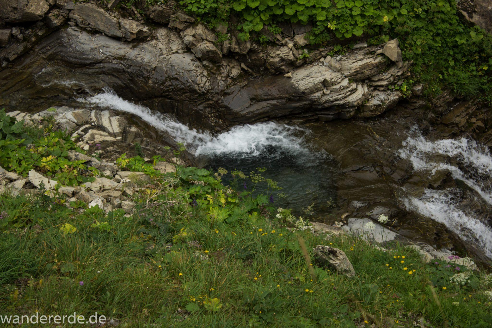 Alpenüberquerung Fernwanderweg E5 Oberstdorf Meran, 1. Etappe von Oberstdorf zur Kemptner Hütte, Wanderweg führt von der Spielmannsau bei Oberstdorf im Allgäu zur Kemptner Hütte entlang eines schmalen Wanderpfads über Stock und Stein, Weg durch Sperrbachtobel mit Schnee, Schlucht umgeben von hohen Felswänden in den Bergen, Wegverlauf zunehmend ansteigend, teilweise steil