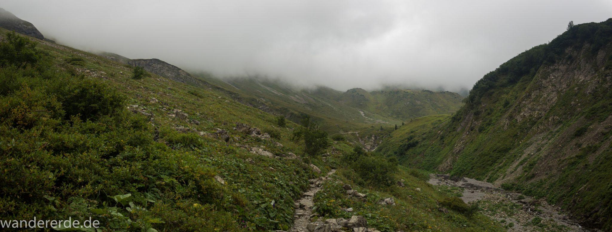Alpenüberquerung Fernwanderweg E5 Oberstdorf Meran, 1. Etappe von Oberstdorf zur Kemptner Hütte, Wanderweg führt von der Spielmannsau bei Oberstdorf im Allgäu zur Kemptner Hütte entlang eines schmalen Wanderpfads über Stock und Stein, Weg durch Sperrbachtobel in den Bergen, Wegverlauf zunehmend ansteigend, teilweise steil