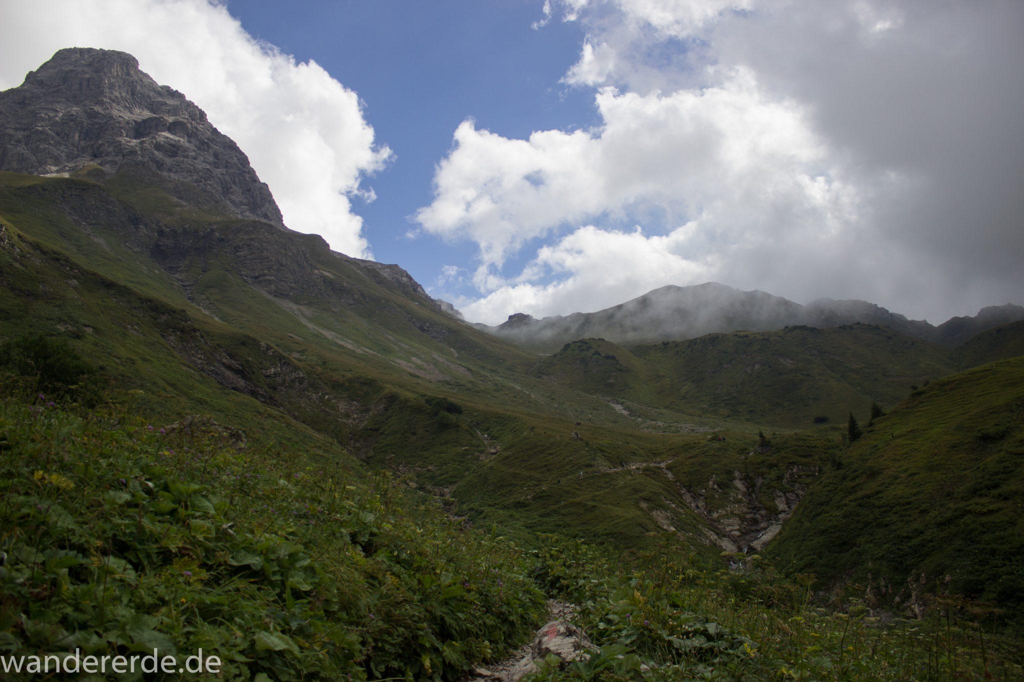 Alpenüberquerung Fernwanderweg E5 Oberstdorf Meran, 1. Etappe von Oberstdorf zur Kemptner Hütte, Wanderweg führt von der Spielmannsau bei Oberstdorf im Allgäu zur Kemptner Hütte entlang eines schmalen Wanderpfads über Stock und Stein, Weg durch Sperrbachtobel, Sicht auf schöne Berge im Nebel, Wegverlauf zunehmend ansteigend, teilweise steil