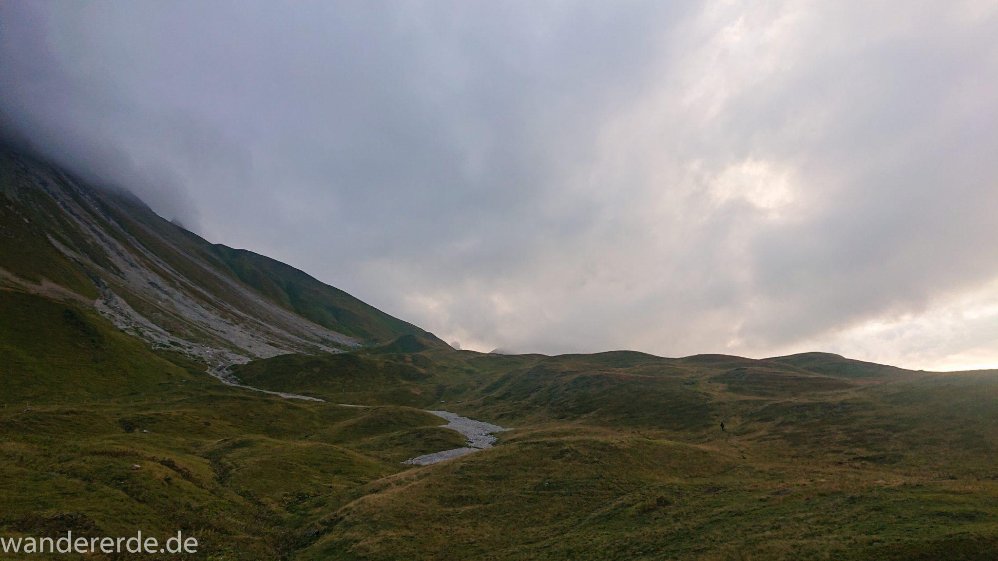 Alpenüberquerung Fernwanderweg E5 Oberstdorf Meran, 1. Etappe von Oberstdorf zur Kemptner Hütte, Ausblick bei der Kemptner Hütte auf die umliegenden schönen Berge, teilweise in Wolken gehüllt, kurz vor Sonnenuntergang