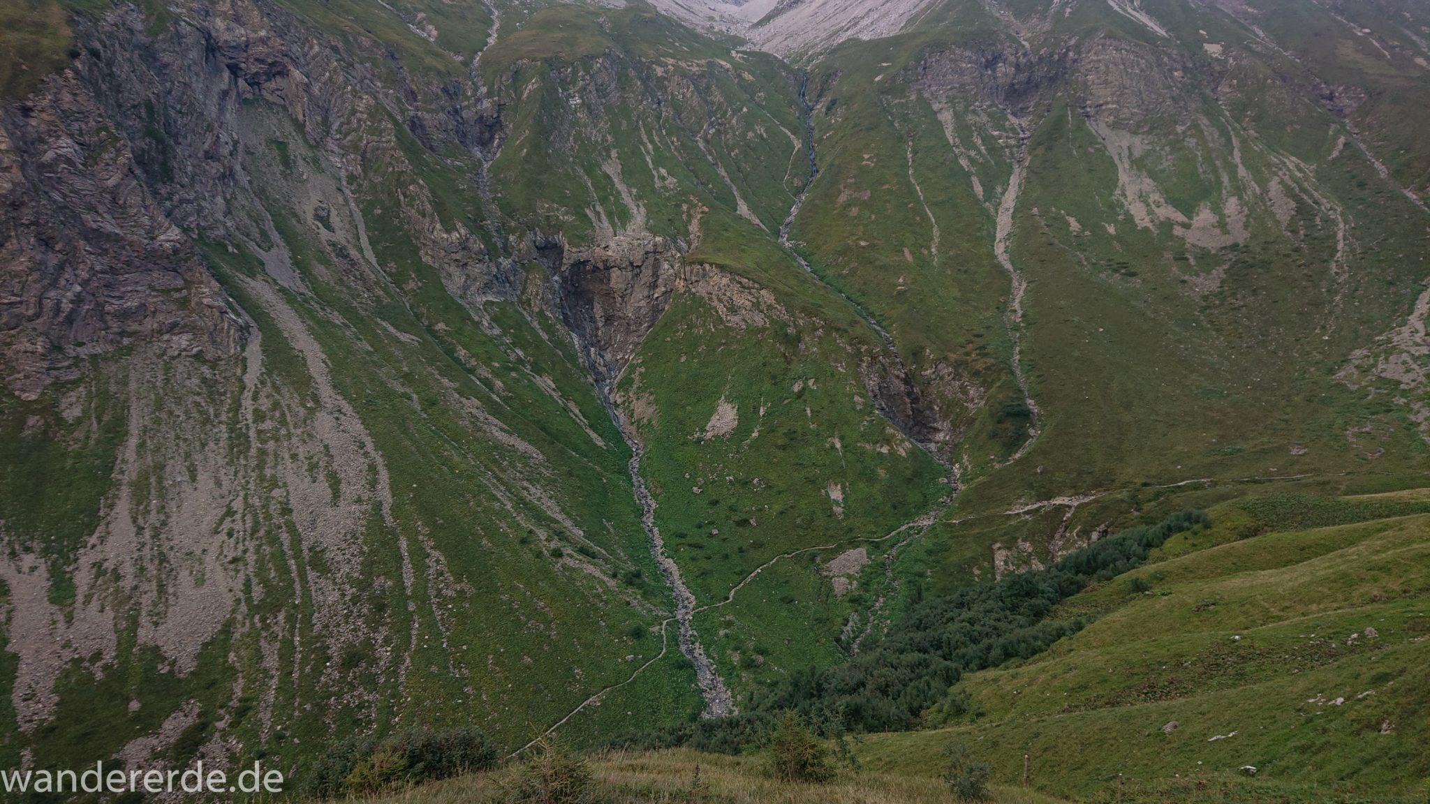 Alpenüberquerung Fernwanderweg E5 Oberstdorf Meran, 1. Etappe von Oberstdorf zur Kemptner Hütte, Wanderweg führt von der Spielmannsau bei Oberstdorf im Allgäu zur Kemptner Hütte entlang eines schmalen Wanderpfads über Stock und Stein, Blick von oben auf den Weg durch Sperrbachtobel, Sicht auf schöne Berge, Wegverlauf zunehmend ansteigend, teilweise steil