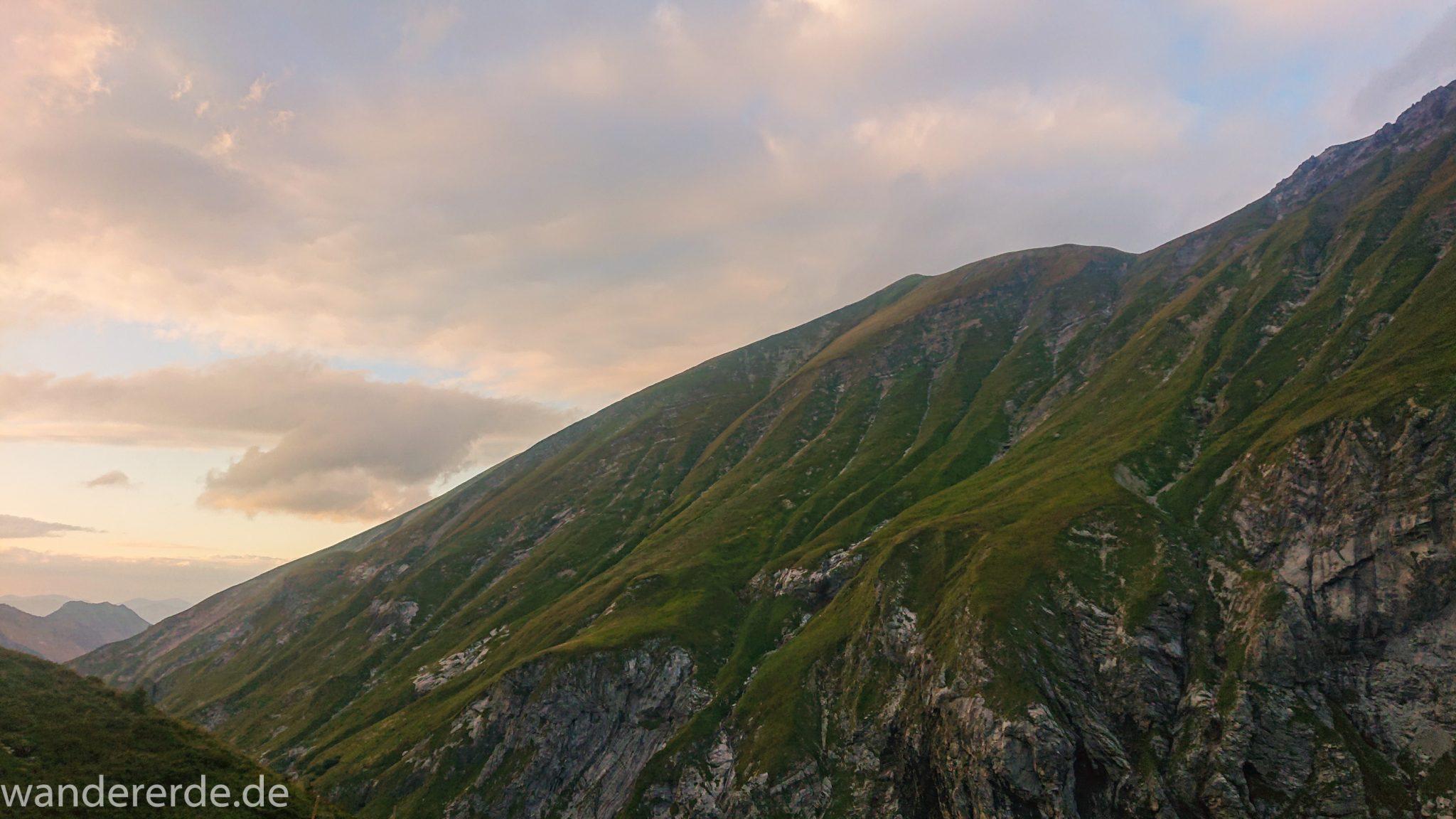 Alpenüberquerung Fernwanderweg E5 Oberstdorf Meran, 1. Etappe von Oberstdorf zur Kemptner Hütte, Ausblick bei der Kemptner Hütte auf die umliegenden schönen Berge, teilweise in Wolken gehüllt, grüne Wiesen im Allgäu, kurz vor Sonnenuntergang