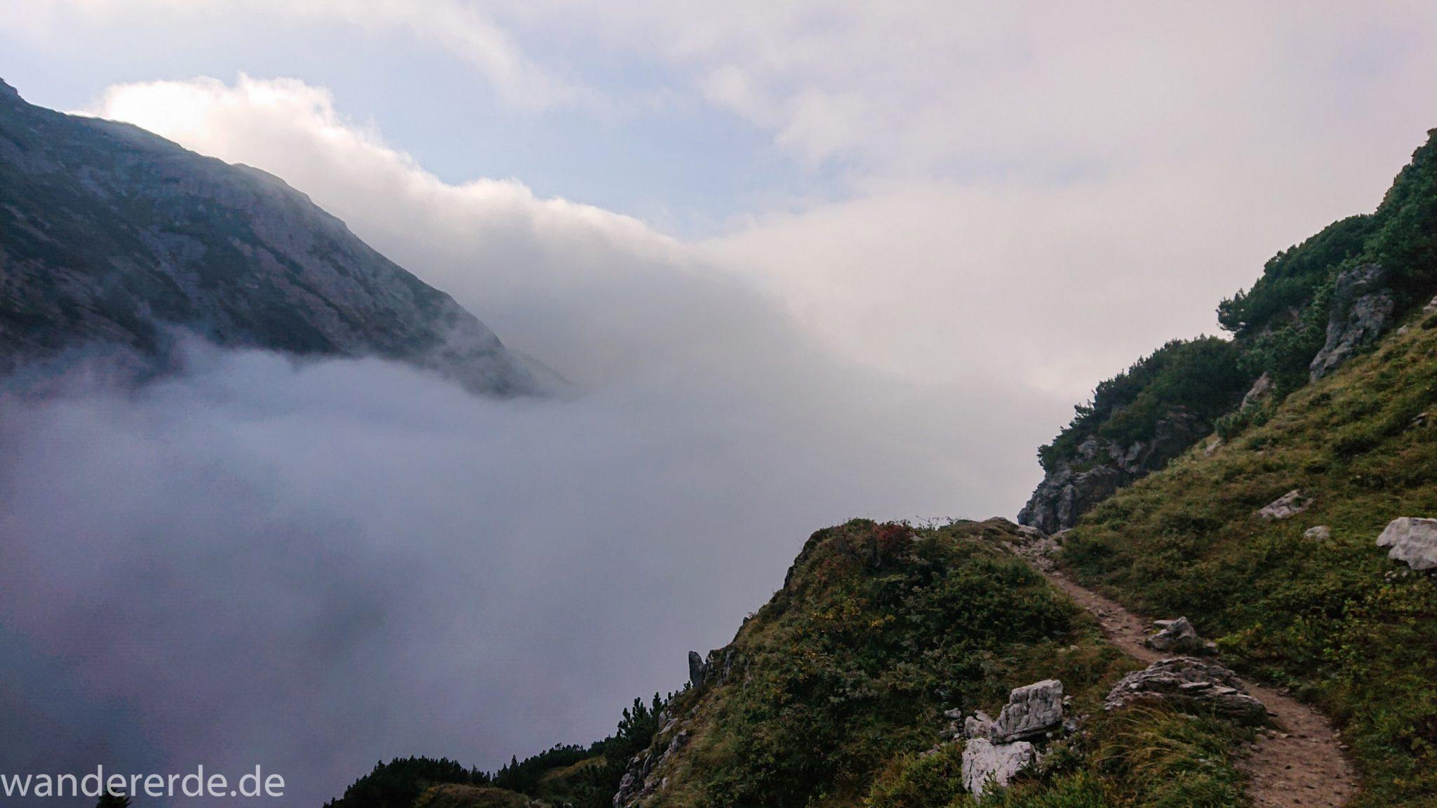 Alpenüberquerung Fernwanderweg E5 Oberstdorf Meran, 2. Etappe von Kemptner Hütte zur Memminger Hütte, schöner, schmaler Wanderweg in der Nähe vom Mädelejoch, umliegende Berge in Wolken gehüllt, Berggipfel nicht sichtbar, Wanderung mit eingeschränkter Sicht wegen Nebel, beeindruckende Landschaft in den Bergen