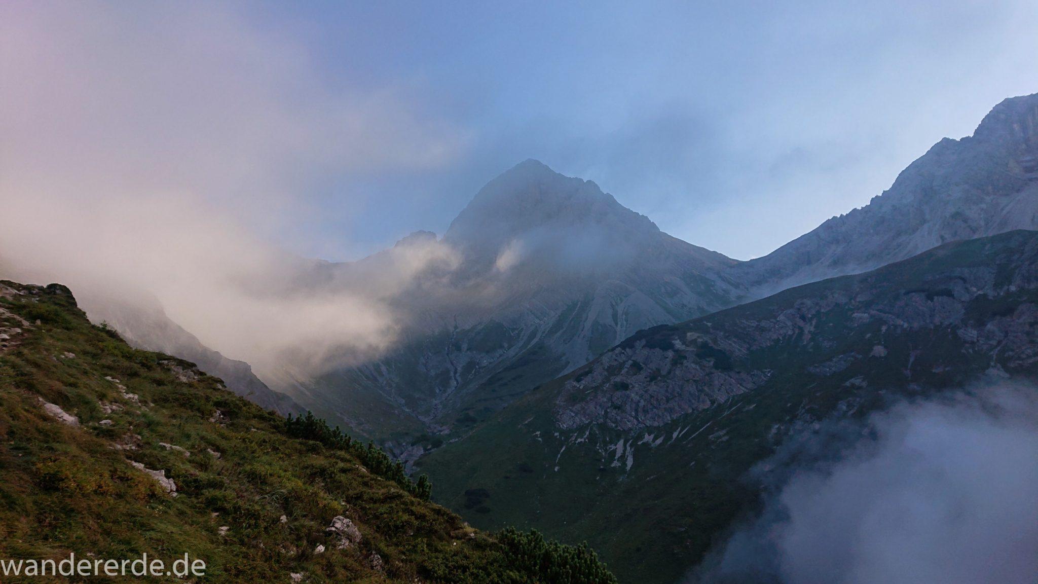 Alpenüberquerung Fernwanderweg E5 Oberstdorf Meran, 2. Etappe von Kemptner Hütte zur Memminger Hütte, in der Nähe vom Mädelejoch, umliegende Berge in Wolken gehüllt, Berggipfel nur teilweise sichtbar, Wanderung mit eingeschränkter Sicht wegen Nebel, beeindruckende Landschaft in den Bergen, bezaubernde Alpen