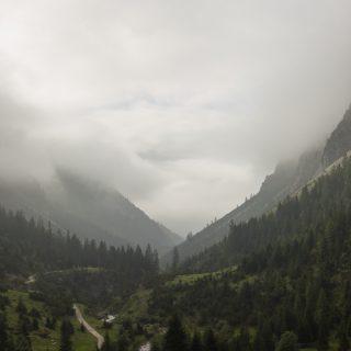 Alpenüberquerung Fernwanderweg E5 Oberstdorf Meran, 2. Etappe von Kemptner Hütte zur Memminger Hütte, schöner und abwechslungsreicher Wanderweg führt absteigend über die Obere und Untere Rossgumpenalpe in das sehr schöne Höhenbachtal mit beeindruckender Landschaft, grüne Vegetation mit Bäumen und Wiesen, idyllischer Rossgumpenbach fließt durch wolkenverhangenes Tal