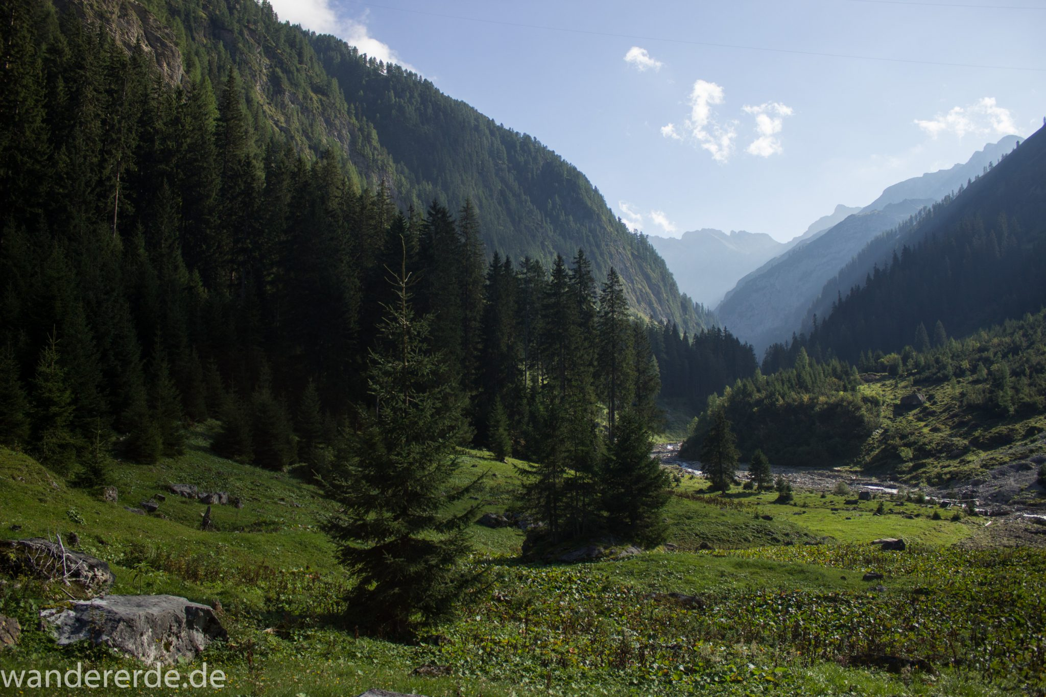 Alpenüberquerung Fernwanderweg E5 Oberstdorf Meran, 2. Etappe von Kemptner Hütte zur Memminger Hütte, schöner abwechslungsreicher Wanderweg führt ab Ort Bach Winkl bis zur Materialseilbahn der Memminger Hütte durch das schöne Madautal mit idyllischer Landschaft und grüner Vegetation, Blick auf schöne Berge, saftige Wiese und grüne Bäume, Bach fließt durch Tal