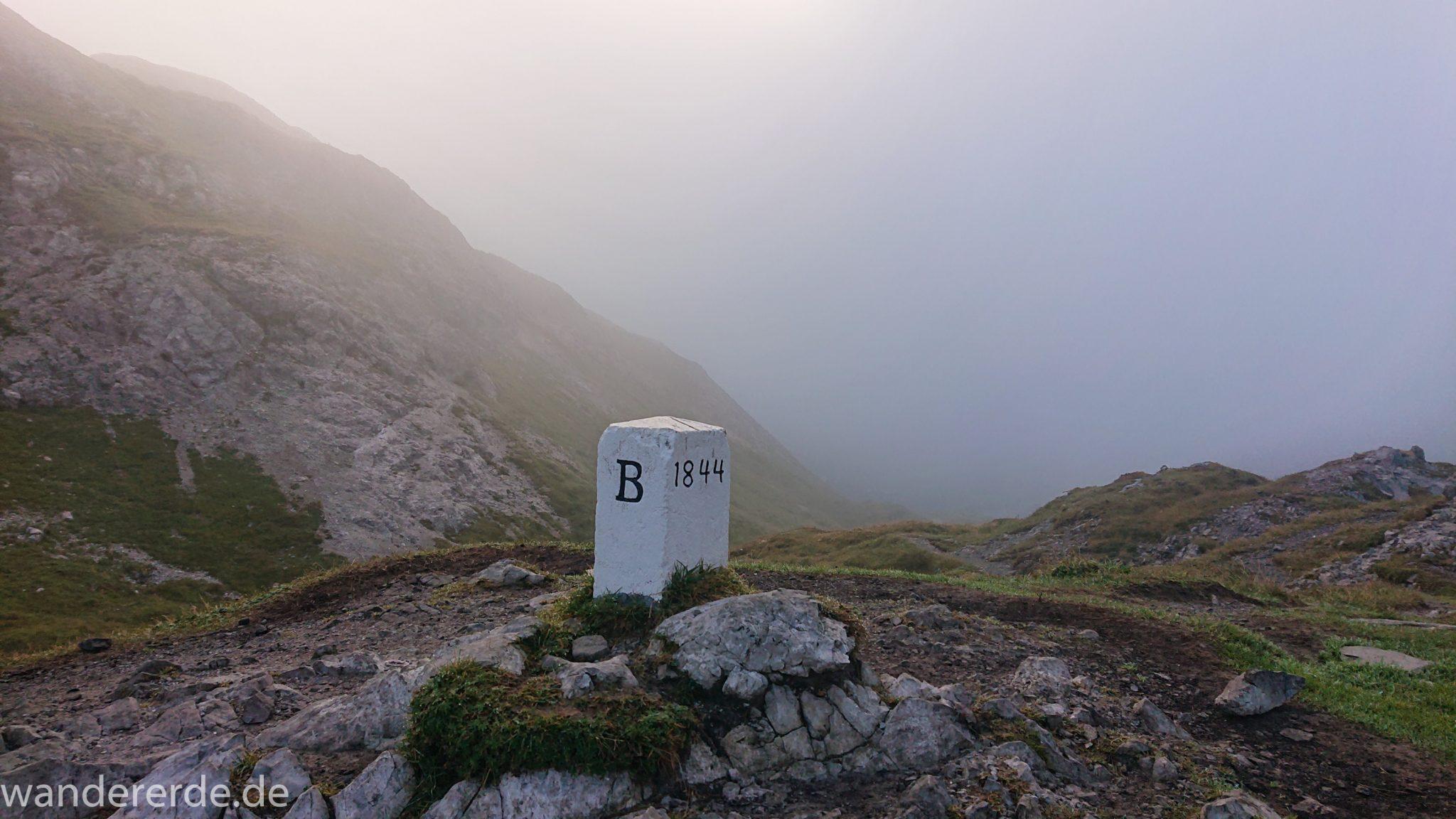Alpenüberquerung Fernwanderweg E5 Oberstdorf Meran, 2. Etappe von Kemptner Hütte zur Memminger Hütte, Grenze von Deutschland nach Österreich, Grenzstein unweit der Kemptner Hütte beim Mädelejoch nach kurzem Aufstieg, weitere Wanderung mit eingeschränkter Sicht wegen Nebel, beeindruckende Landschaft mit Bergen