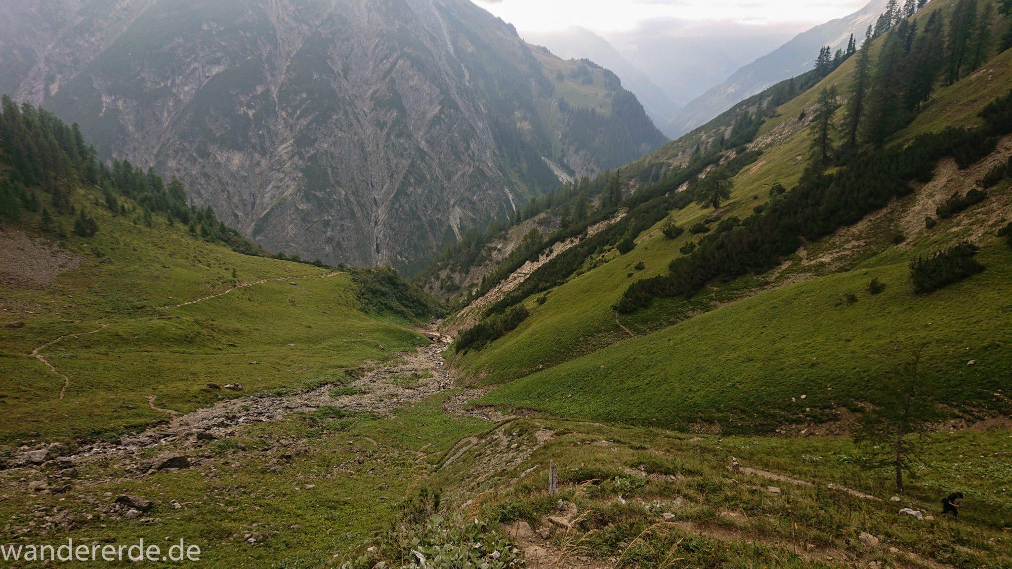 Alpenüberquerung Fernwanderweg E5 Oberstdorf Meran, 2. Etappe von Kemptner Hütte zur Memminger Hütte, schöner abwechslungsreicher und schmaler Wanderweg führt über Stock und Stein ab der Materialseilbahn der Memminger Hütte zunächst mäßig, dann steiler bergauf zur Memminger Hütte, idyllische Landschaft öffnet sich zu flacherer Ebene mit saftig grünen Wiesen und führt zum schönen Wasserfall umgeben von beeindruckenden Bergen und rundum schöner Aussicht