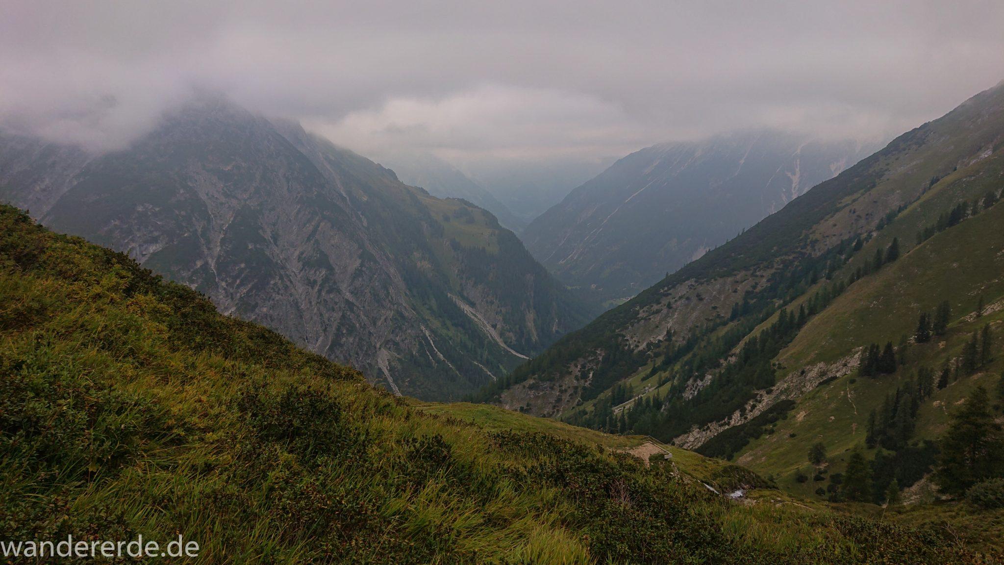 Alpenüberquerung Fernwanderweg E5 Oberstdorf Meran, 2. Etappe von Kemptner Hütte zur Memminger Hütte, schöner abwechslungsreicher und schmaler Wanderweg führt über Stock und Stein ab der Materialseilbahn der Memminger Hütte zunächst mäßig, dann steiler bergauf zur Memminger Hütte, ab schönem Wasserfall wird Wegverlauf steiler, umgeben von beeindruckenden Bergen und rundum schöner Aussicht, am späteren Nachmittag werden Berge langsam von aufziehenden Wolken verhangen