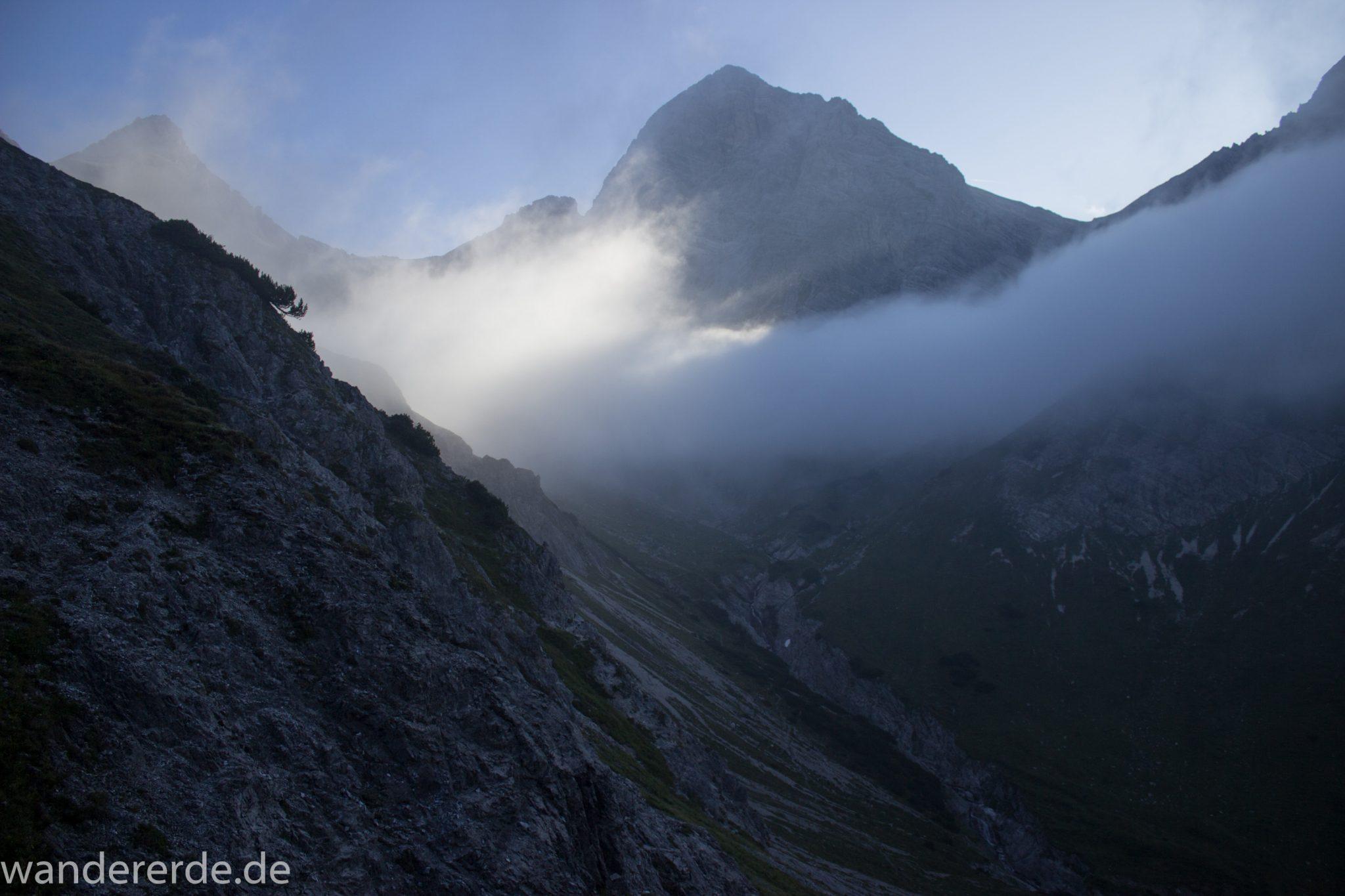 Alpenüberquerung Fernwanderweg E5 Oberstdorf Meran, 2. Etappe von Kemptner Hütte zur Memminger Hütte, Aussicht in der Nähe vom Mädelejoch, umliegende Berge in Wolken gehüllt, Berggipfel sichtbar, weitere Wanderung mit eingeschränkter Sicht wegen Nebel, beeindruckende Landschaft in den Bergen