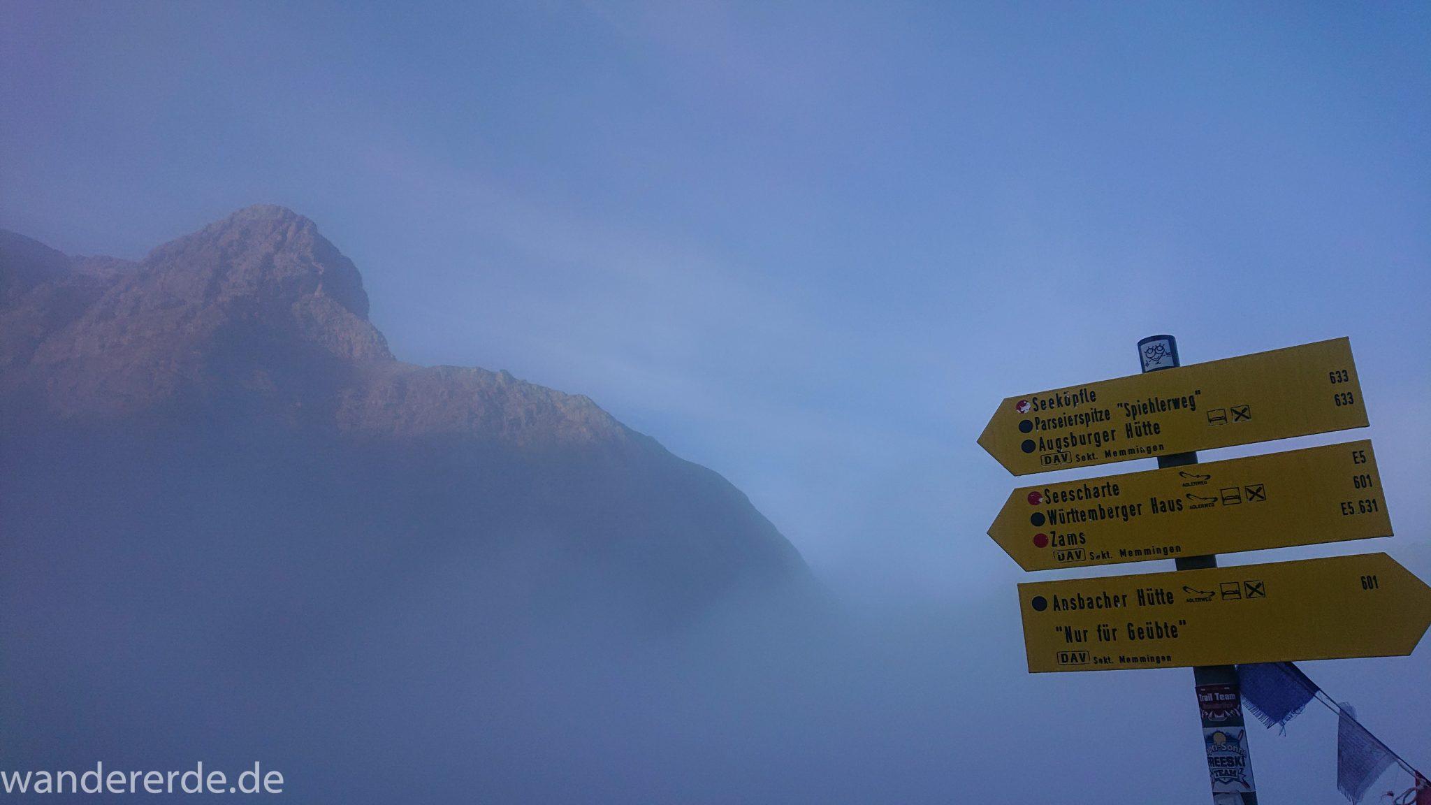 Alpenüberquerung Fernwanderweg E5 Oberstdorf Meran, 3. Etappe von Memminger Hütte zur Skihütte Zams, Berge sind am frühen Morgen noch in Nebel getaucht, aber die Sonne scheint, herrliches Wetter zum Wandern, Beschilderung E5 Weg führt über steilen und ausgesetzten Wanderweg über die Seescharte