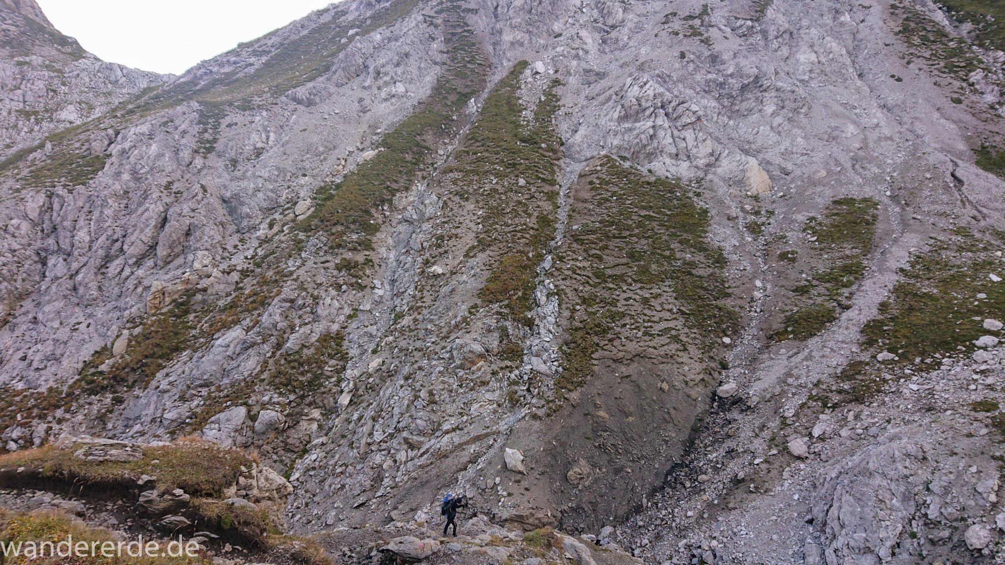 Alpenüberquerung Fernwanderweg E5 Oberstdorf Meran, 3. Etappe von Memminger Hütte zur Skihütte Zams, E5 Wanderweg führt zu Beginn der dritten Etappe ab der Memminger Hütte über steilen und ausgesetzten Wanderweg über die Seescharte, Blick auf Wanderer während Aufstieg zur Seescharte auf sehr schmalem Wanderweg über viel Geröll, steile Berghänge der Alpen