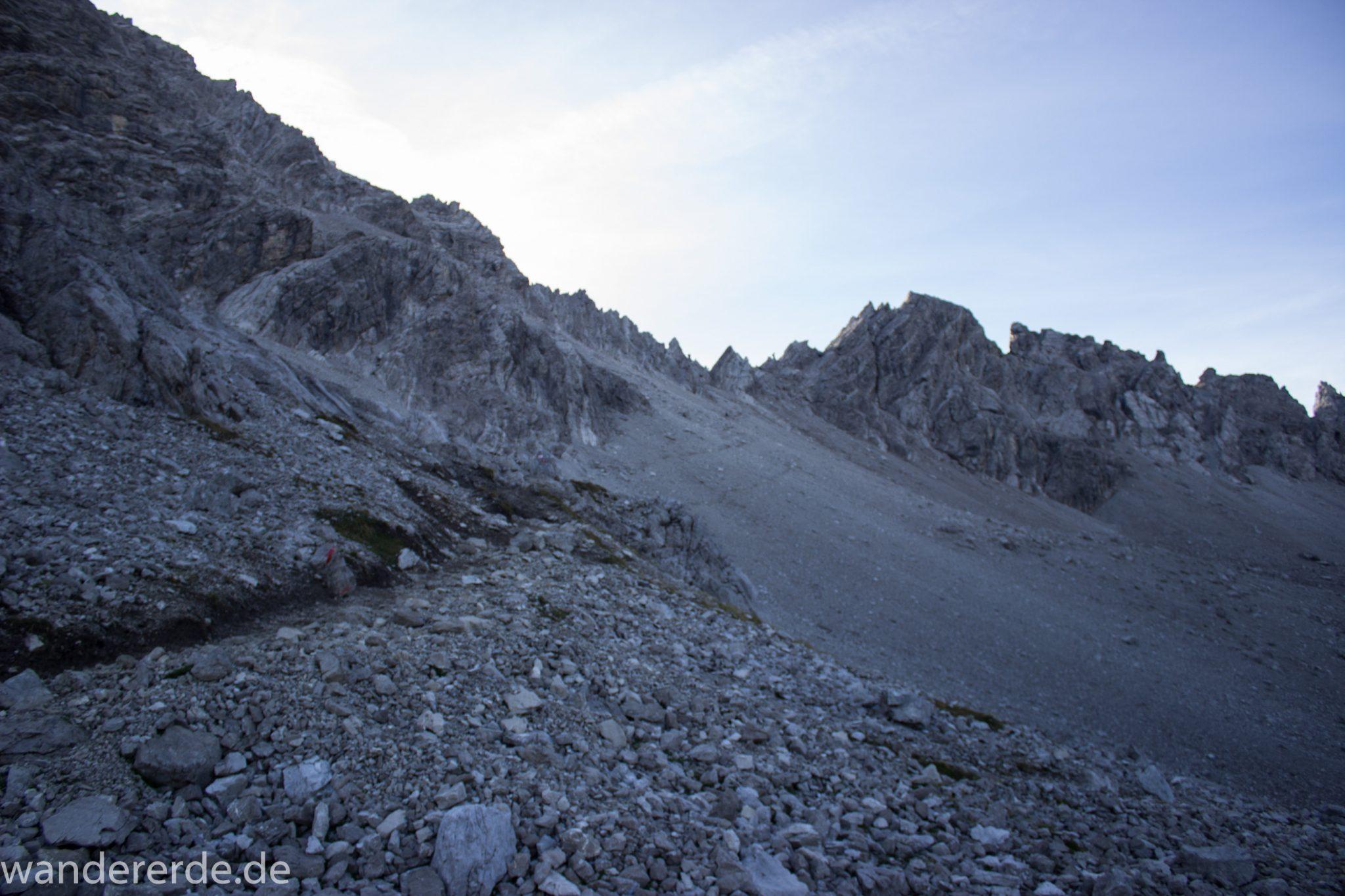 Alpenüberquerung Fernwanderweg E5 Oberstdorf Meran, 3. Etappe von Memminger Hütte zur Skihütte Zams, E5 Wanderweg führt zu Beginn der dritten Etappe ab der Memminger Hütte über steilen und ausgesetzten Wanderweg über die Seescharte, Blick auf sehr schmalen Wanderweg über viel Geröll, Aussicht auf Berge der Alpen