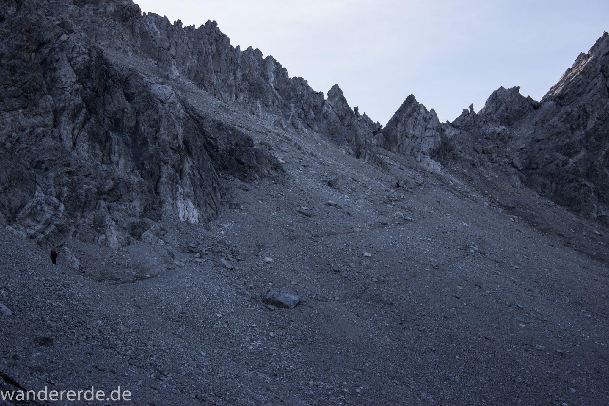 Alpenüberquerung Fernwanderweg E5 Oberstdorf Meran, 3. Etappe von Memminger Hütte zur Skihütte Zams, E5 Wanderweg führt zu Beginn der dritten Etappe ab der Memminger Hütte über steilen und ausgesetzten Wanderweg über die Seescharte, Blick auf Wanderer während Aufstieg zur Seescharte auf sehr schmalem Wanderweg über viel Geröll, steile Berghänge und Gipfel der Alpen