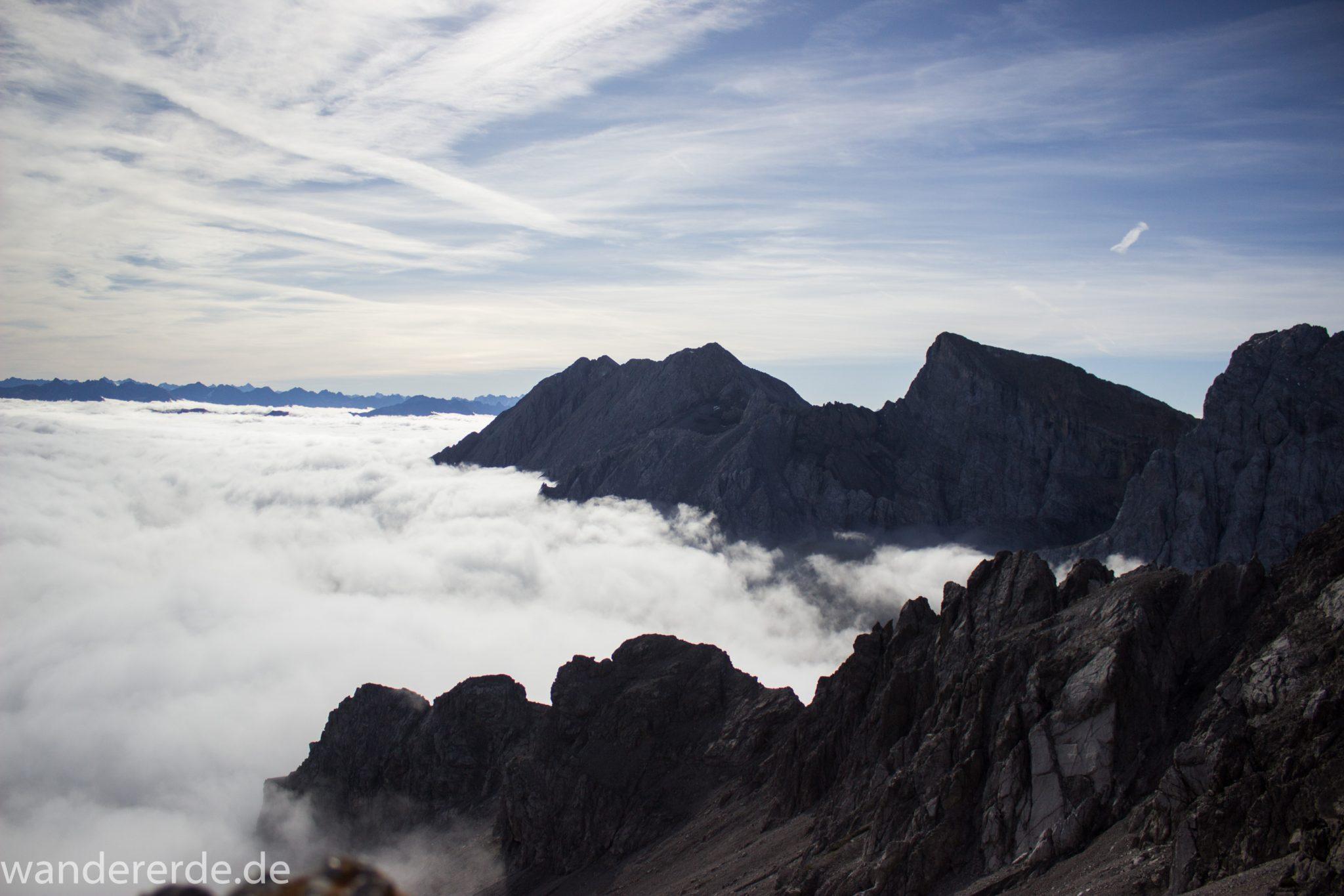 Alpenüberquerung Fernwanderweg E5 Oberstdorf Meran, 3. Etappe von Memminger Hütte zur Skihütte Zams, E5 Wanderweg führt zu Beginn der dritten Etappe ab der Memminger Hütte über steilen und ausgesetzten Wanderweg über die Seescharte, Blick auf die vor einem liegenden Berge der Alpen bei Erreichen der Seescharte, nach langem, steilen Aufstieg auf der schattigen Seite erreicht man damit die sonnige Seite