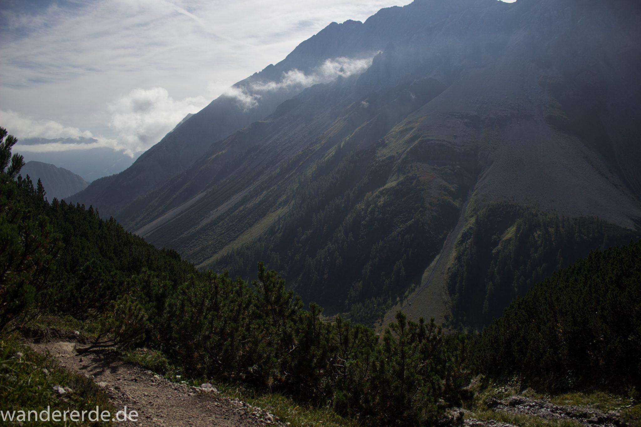 Alpenüberquerung Fernwanderweg E5 Oberstdorf Meran, 3. Etappe von Memminger Hütte zur Skihütte Zams, nach Erreichen der Seescharte folgt ein sehr langer Abstieg ins Lochbachtal Richtung Zams, Aussicht auf die umliegenden Berge, grüne Vegetation ist wieder erreicht, Blick auf schmalen schönen Wanderpfad