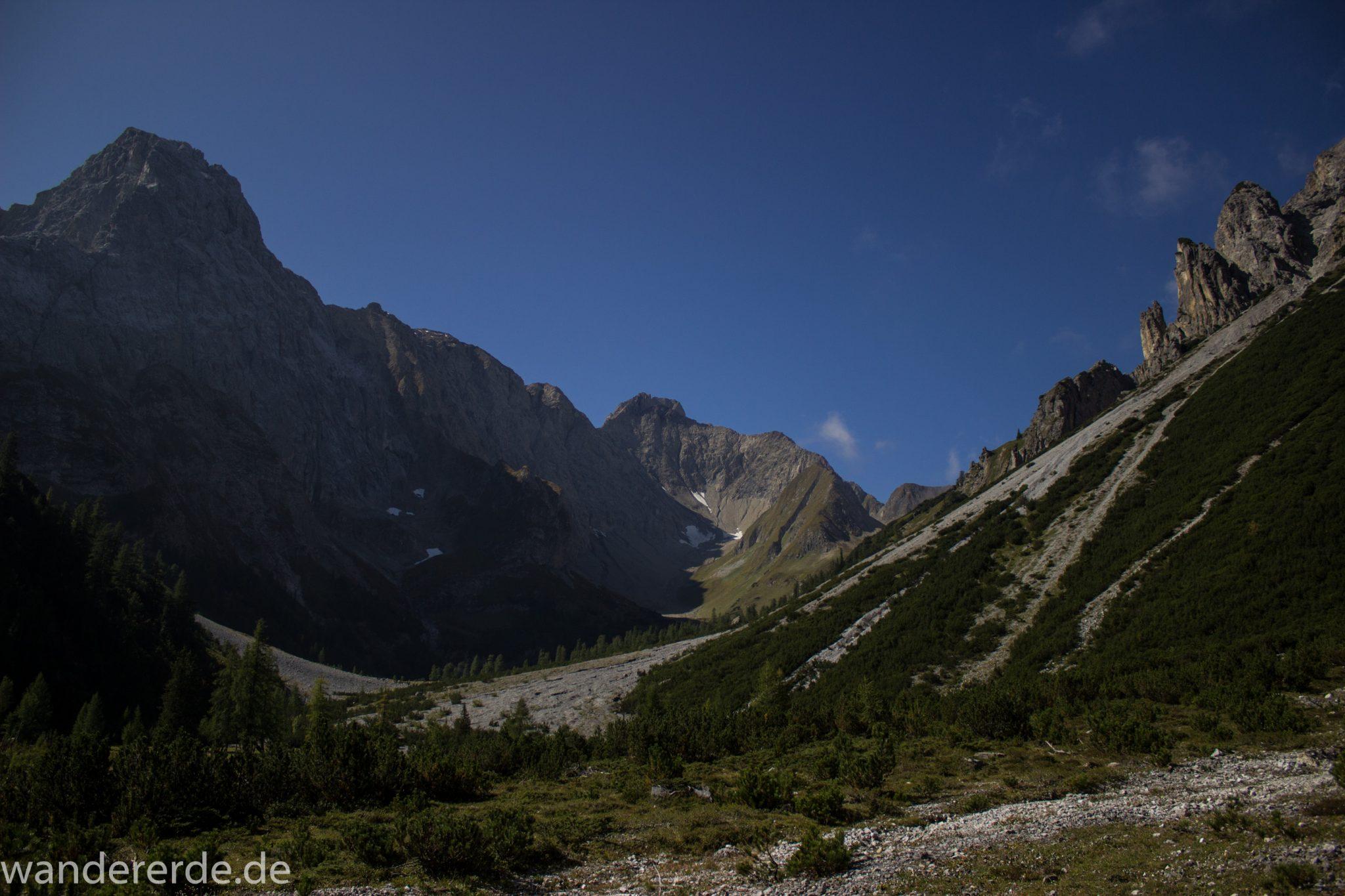 Alpenüberquerung Fernwanderweg E5 Oberstdorf Meran, 3. Etappe von Memminger Hütte zur Skihütte Zams, nach Erreichen der Seescharte folgt ein sehr langer Abstieg auf schmalem Wanderpfad ins Lochbachtal Richtung Zams, Aussicht auf beeindruckende Berge der Alpen und Bergwiesen, grüne Vegetation ist wieder erreicht
