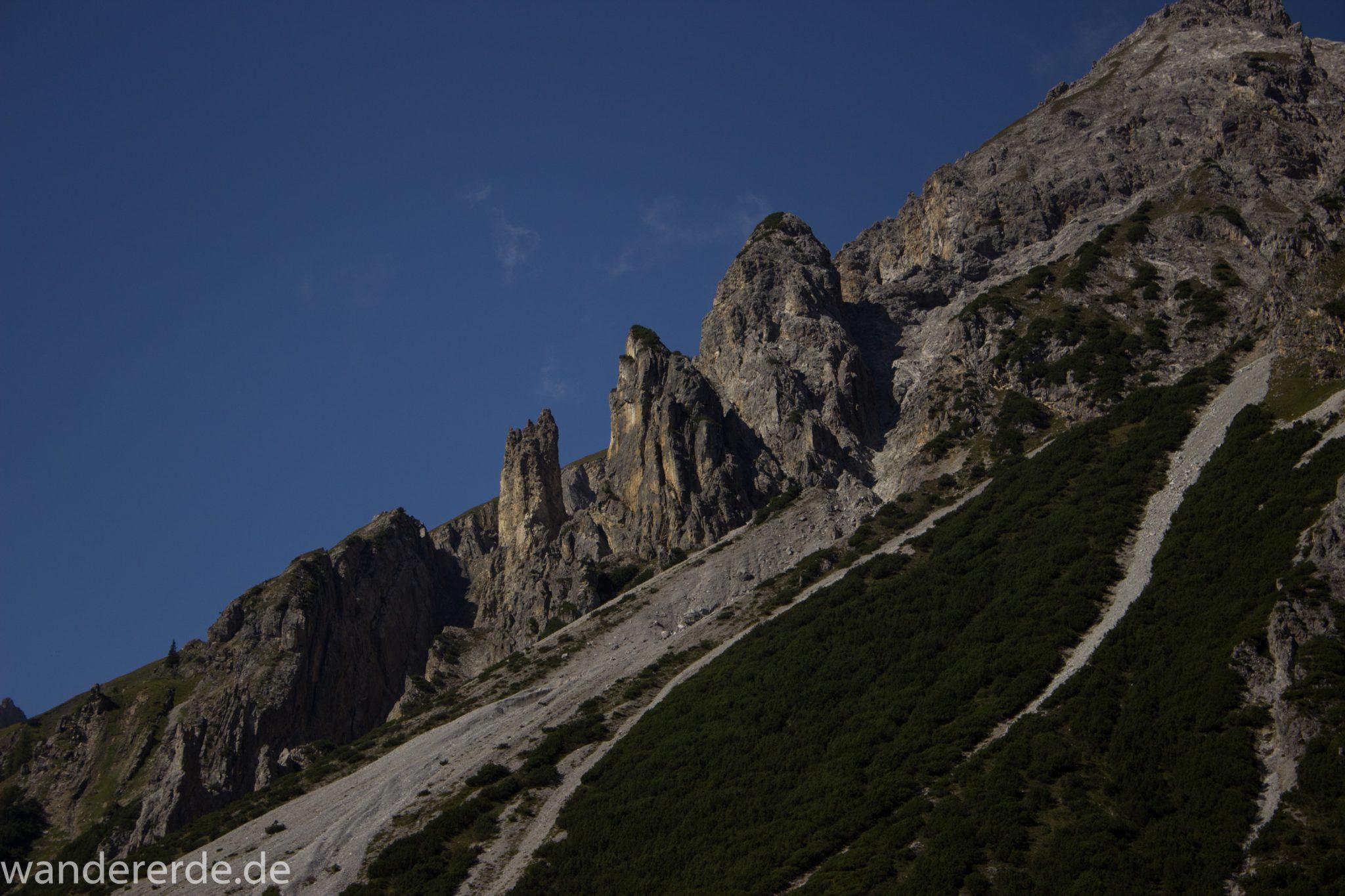 Alpenüberquerung Fernwanderweg E5 Oberstdorf Meran, 3. Etappe von Memminger Hütte zur Skihütte Zams, nach Erreichen der Seescharte folgt ein sehr langer Abstieg auf schmalem Wanderpfad ins Lochbachtal Richtung Zams, Aussicht auf beeindruckende Berggipfel der Alpen, steile, grüne Berghänge