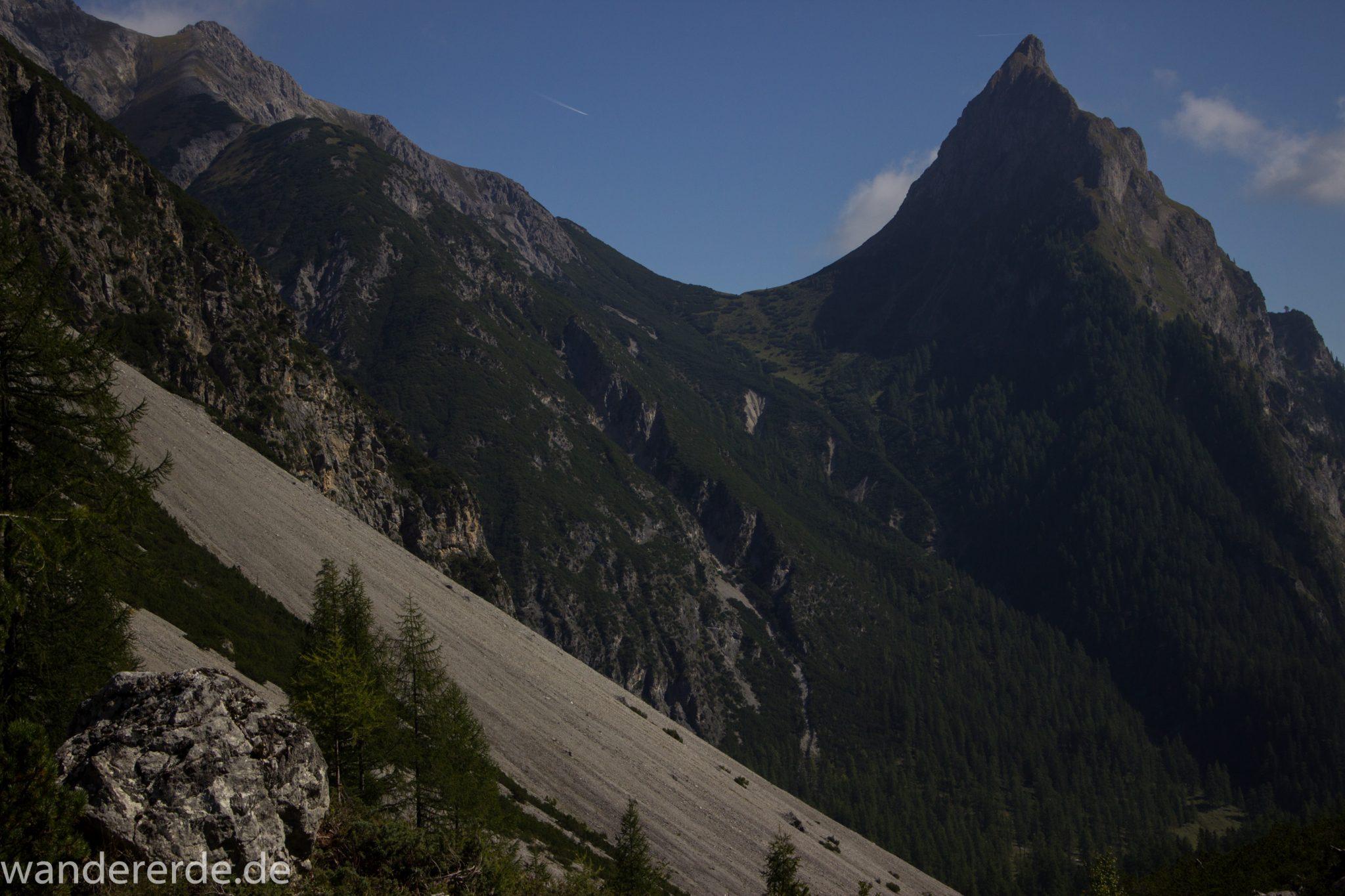 Alpenüberquerung Fernwanderweg E5 Oberstdorf Meran, 3. Etappe von Memminger Hütte zur Skihütte Zams, nach Erreichen der Seescharte folgt ein sehr langer Abstieg auf schmalem Wanderpfad Richtung Zams, Aussicht im Lochbachtal, Aussicht auf äußerst beeindruckenden Berggipfel der Alpen, steile Berghänge mit viel Geröll oder mit dichtem Wald bewachsen