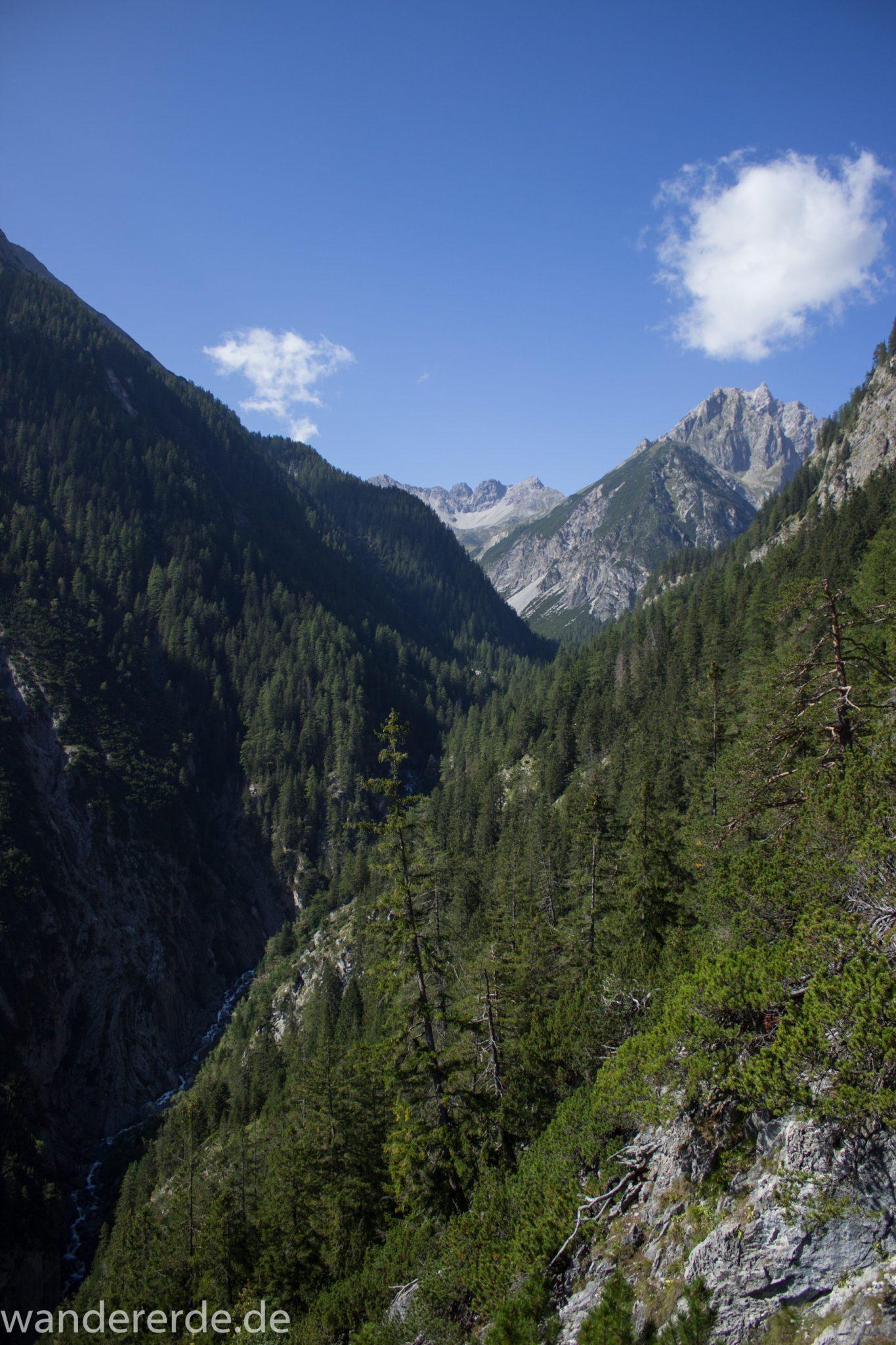 Alpenüberquerung Fernwanderweg E5 Oberstdorf Meran, 3. Etappe von Memminger Hütte zur Skihütte Zams, nach Erreichen der Seescharte folgt ein sehr langer Abstieg auf schmalem Wanderpfad Richtung Zams durch das Zammer Loch, Abschnitt  mit saftig grüner Vegetation, viele Bäume spenden Schatten, in unzähligen Serpentinen geht es abwärts Richtung Zams durch eine beeindruckende Schlucht