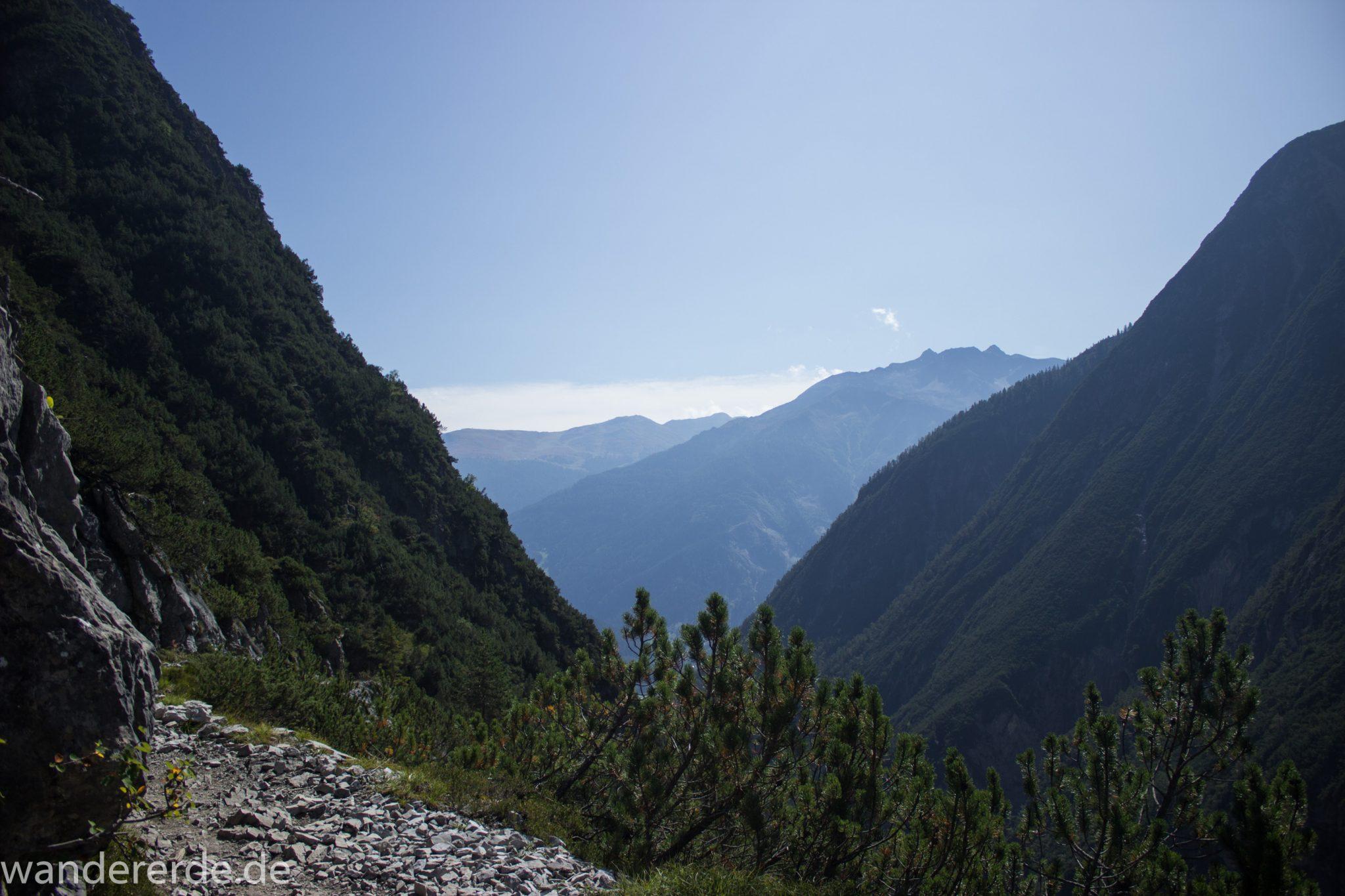 Alpenüberquerung Fernwanderweg E5 Oberstdorf Meran, 3. Etappe von Memminger Hütte zur Skihütte Zams, nach Erreichen der Seescharte folgt ein sehr langer Abstieg auf schmalem Wanderpfad Richtung Zams durch das Zammer Loch, Abschnitt  mit saftig grüner Vegetation, ab und zu Schatten, in unzähligen Serpentinen geht es abwärts Richtung Zams durch eine beeindruckende Schlucht mit grandiosen Ausblicken